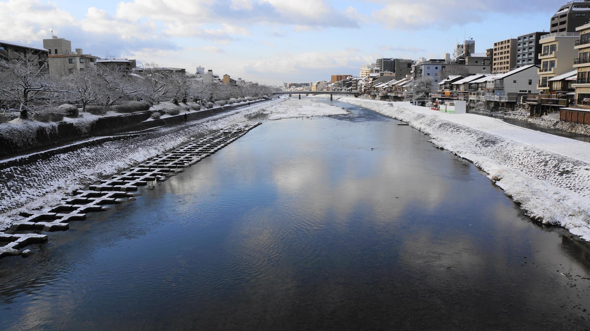 団栗橋から眺めた五条方面の鴨川の雪景色
