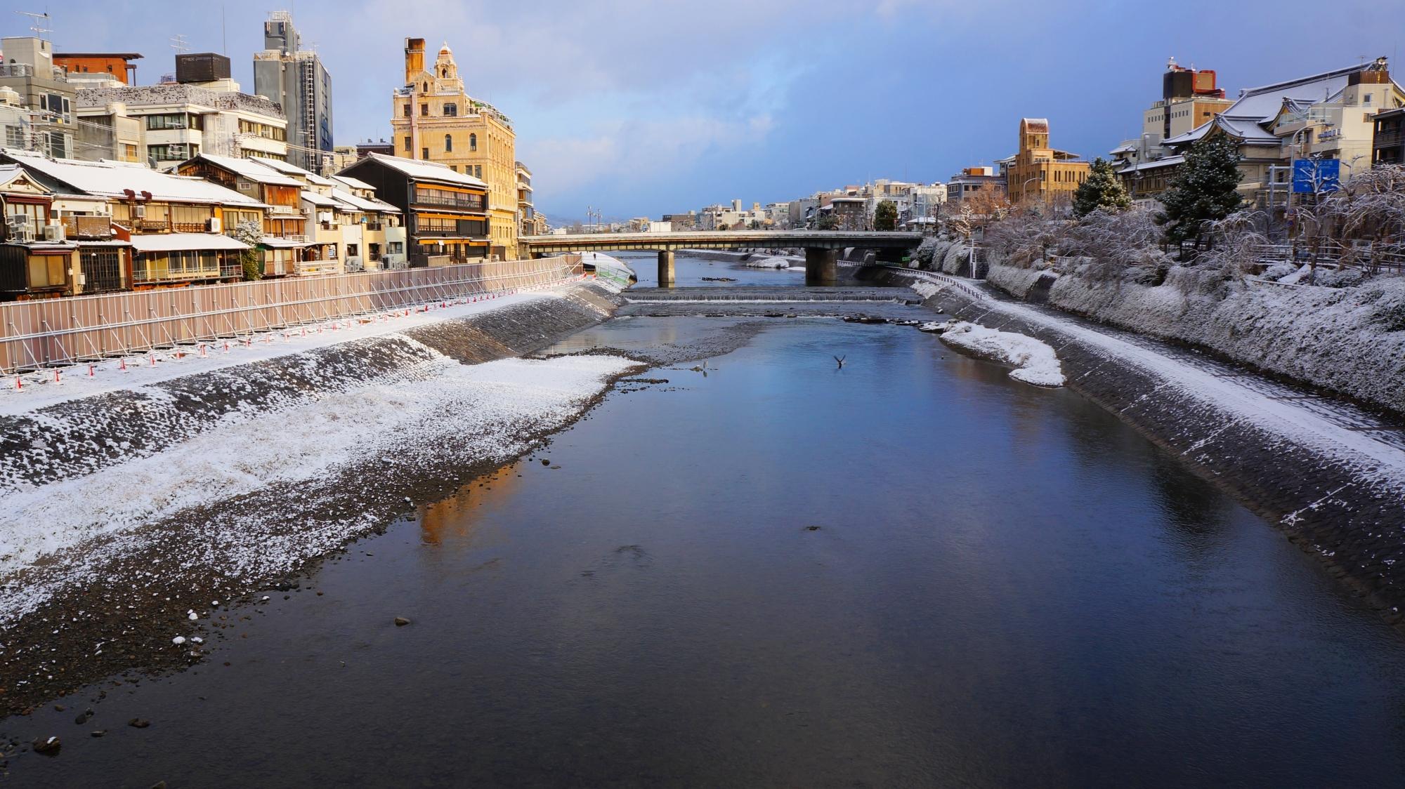 団栗橋から眺めた鴨川と四条大橋の雪景色