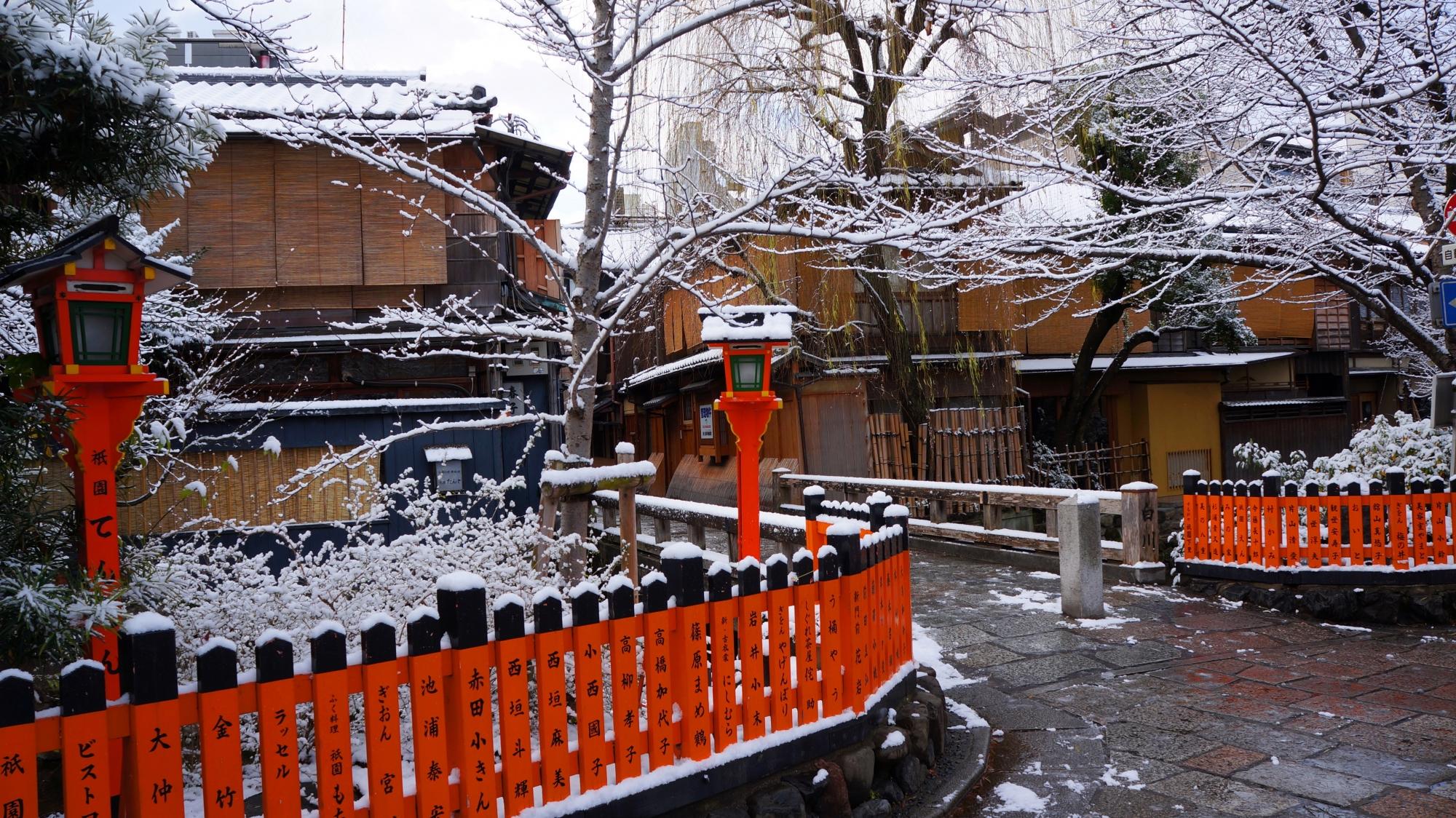背景の街並みが引き立てる雪景色