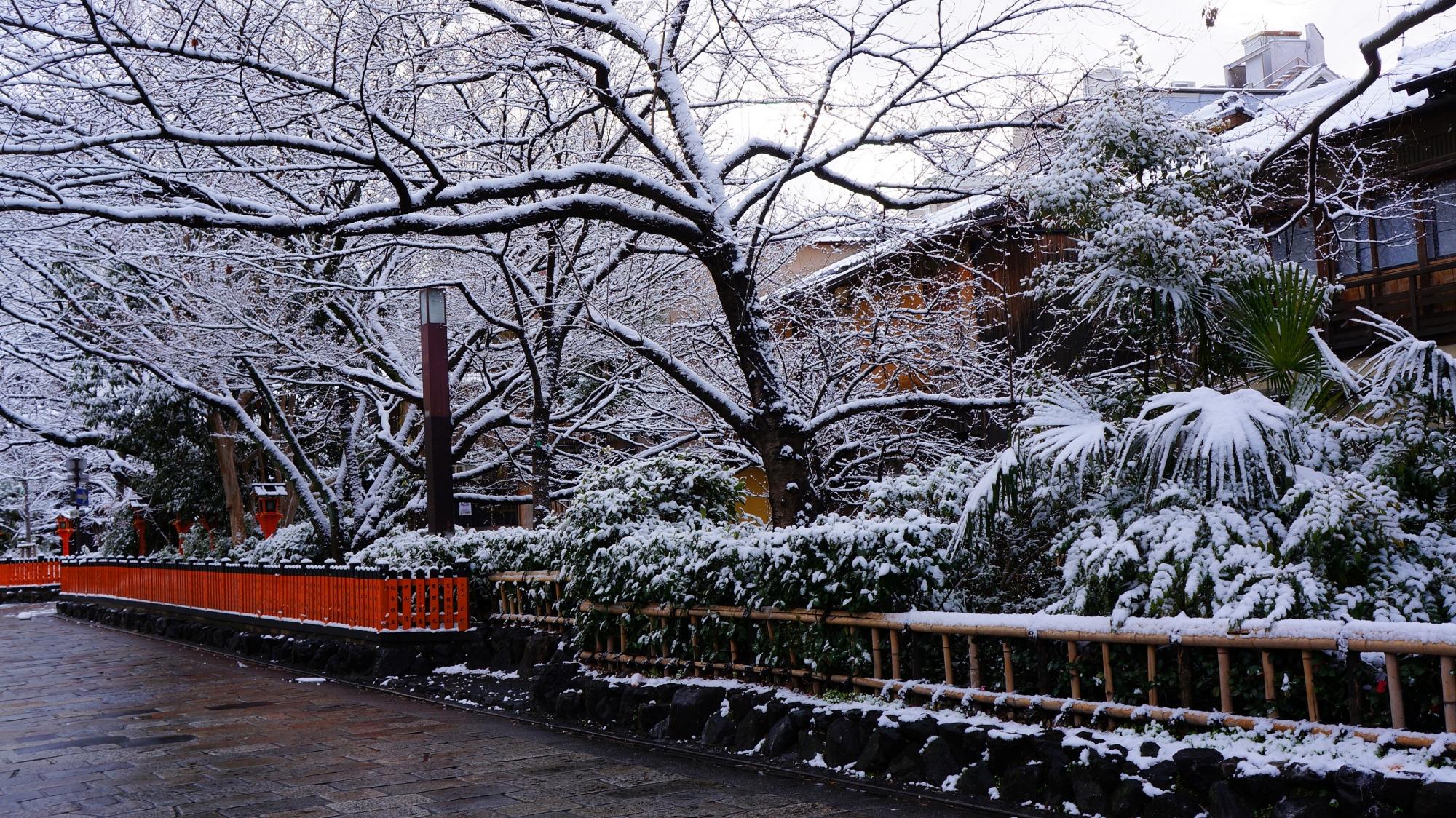 静寂と雪につつまれる古風な街並み