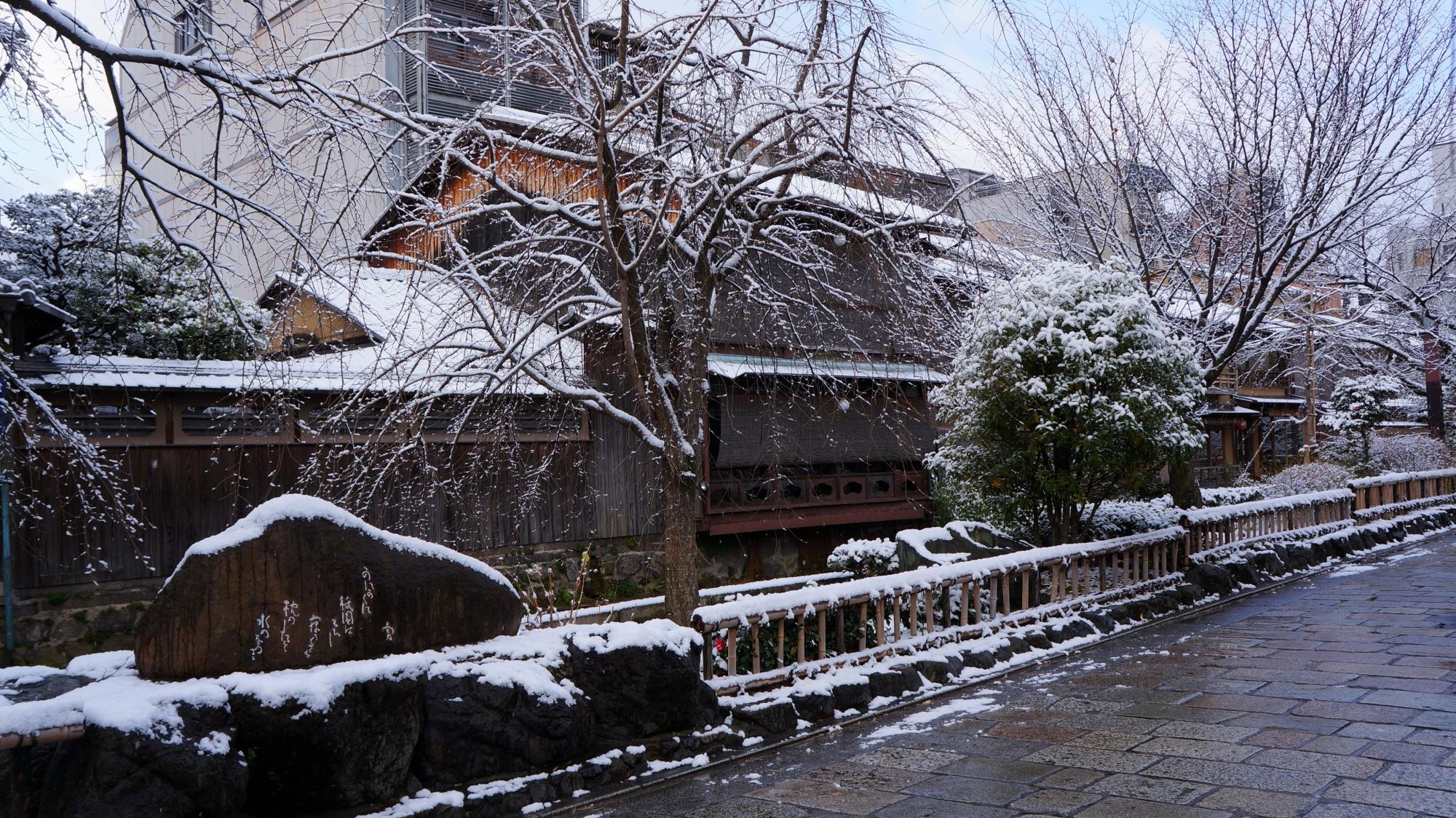 かにかくに碑の雪景色