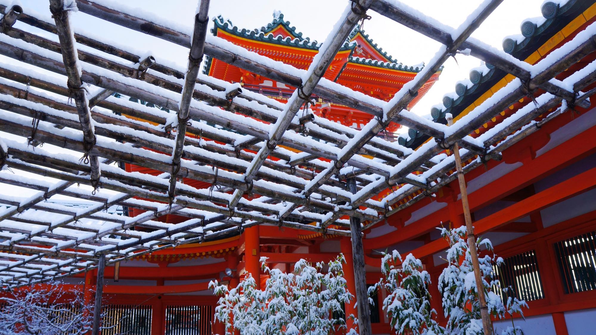赤い楼閣に映える白い雪