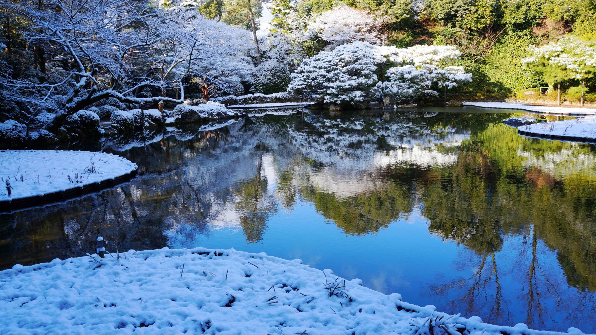 平安神宮神苑の水面に映る空と雪景色