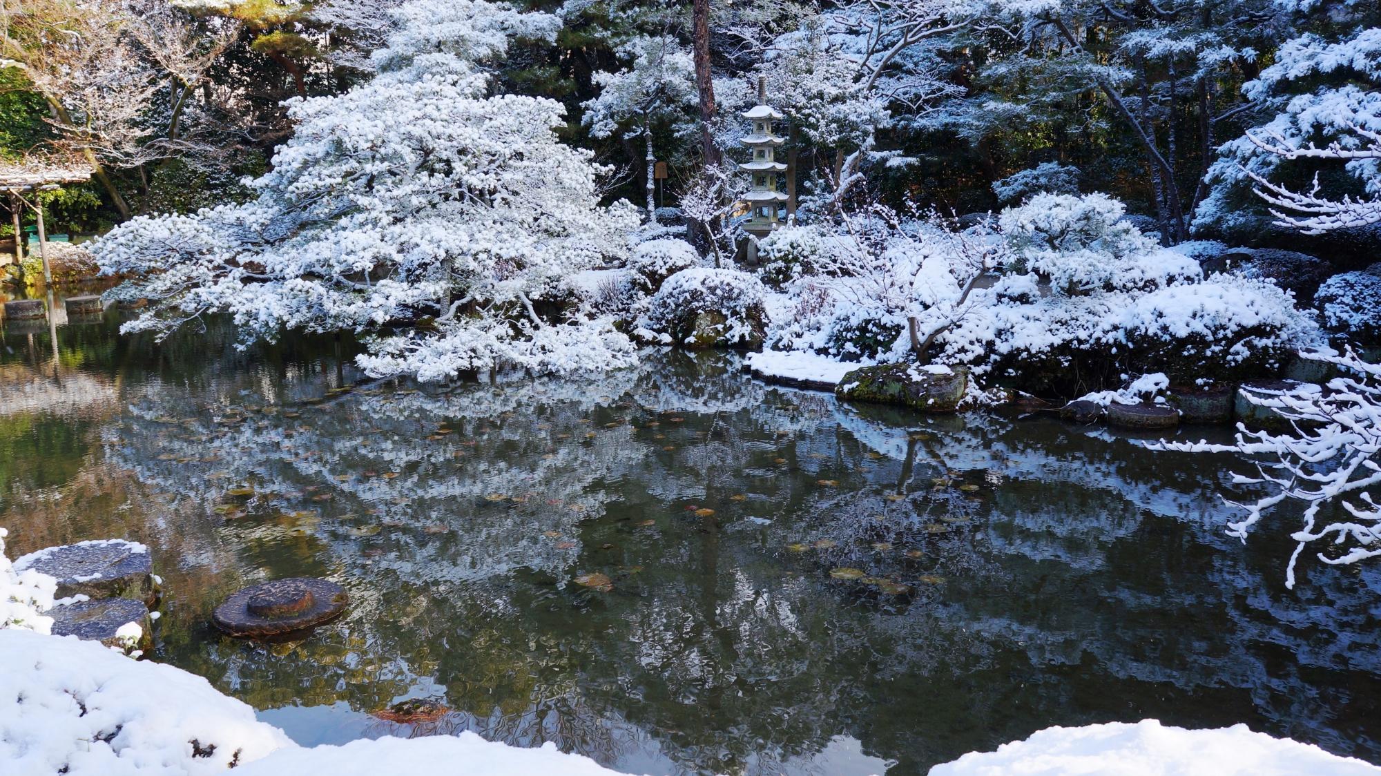 高画質 平安神宮神苑 雪 写真