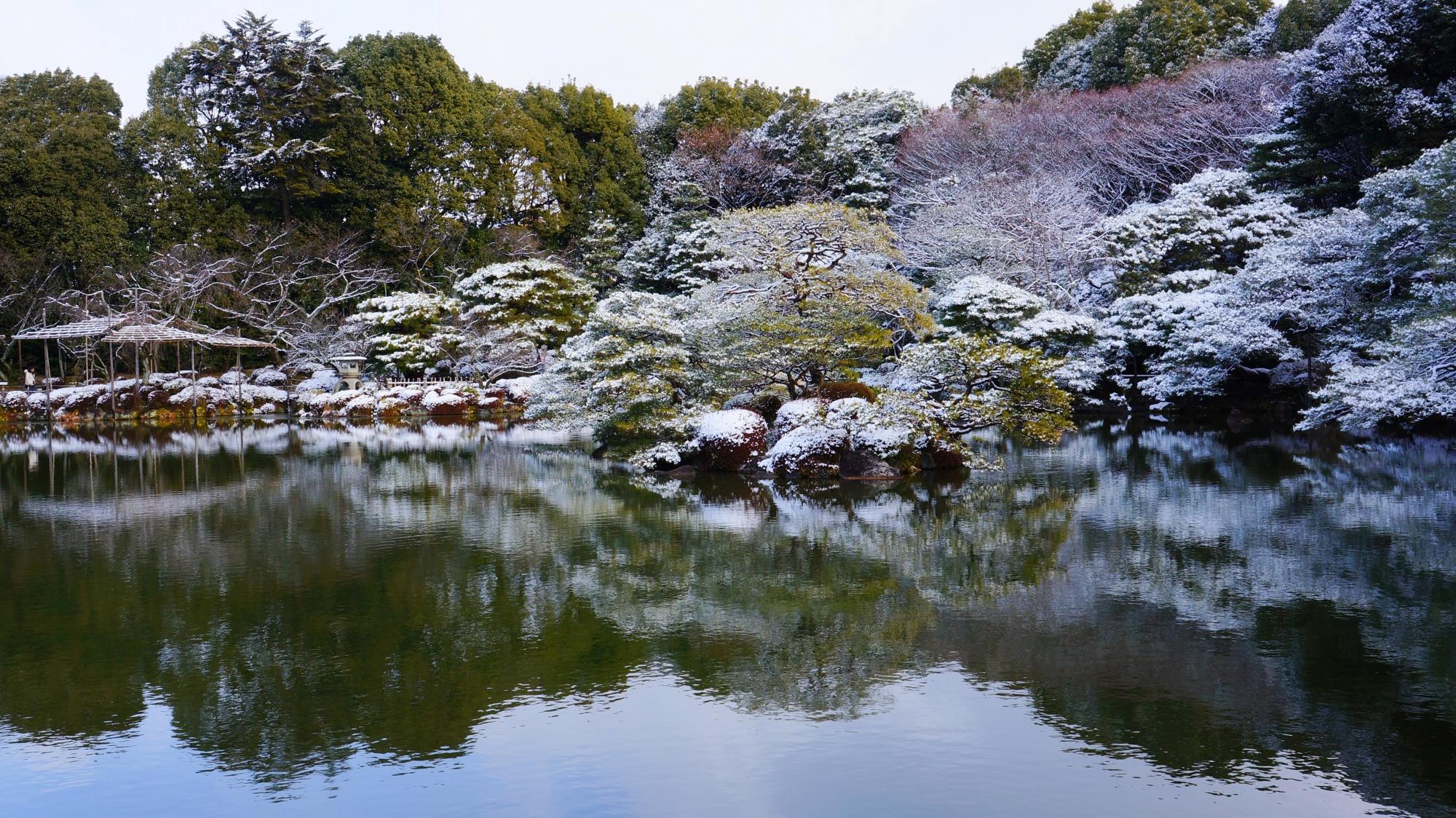 平安神宮の東神苑の雪景色