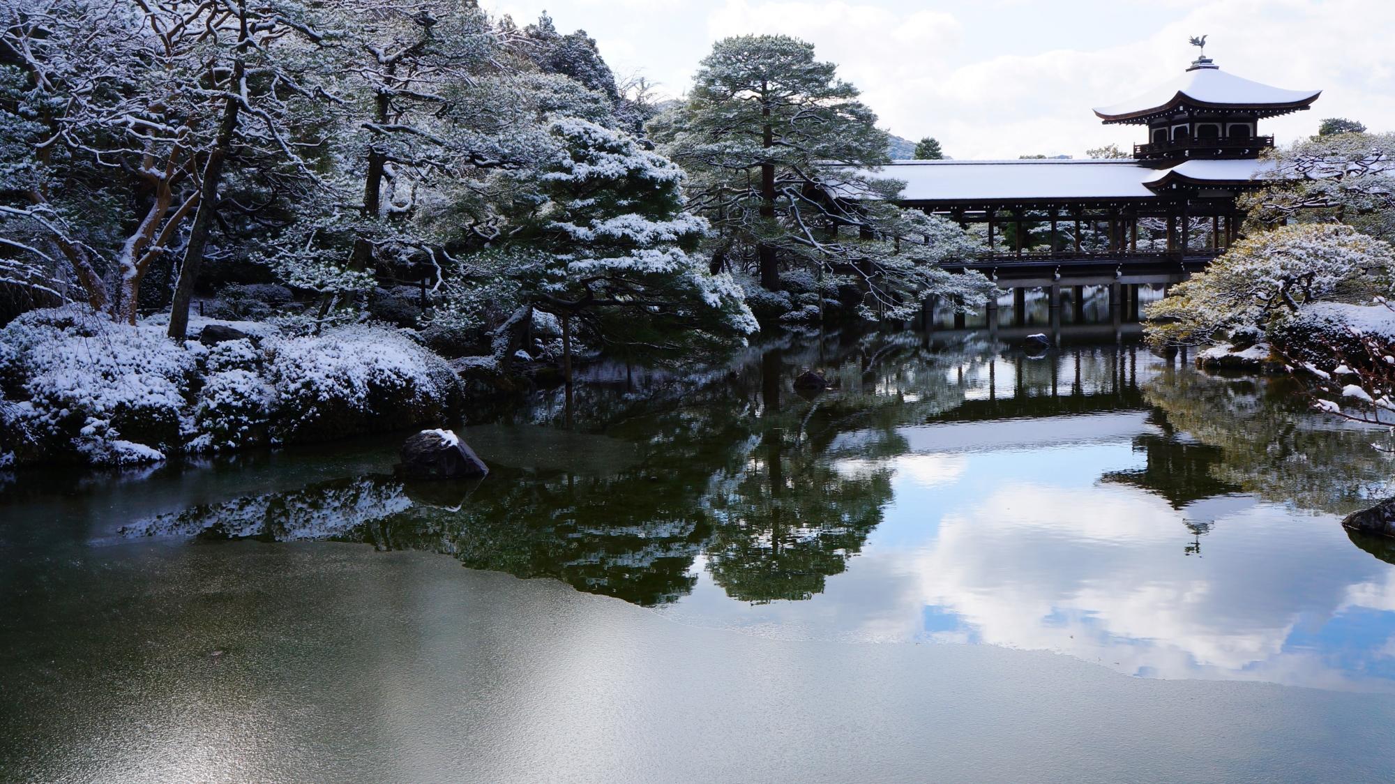 池の水面が凍る平安神宮の神苑