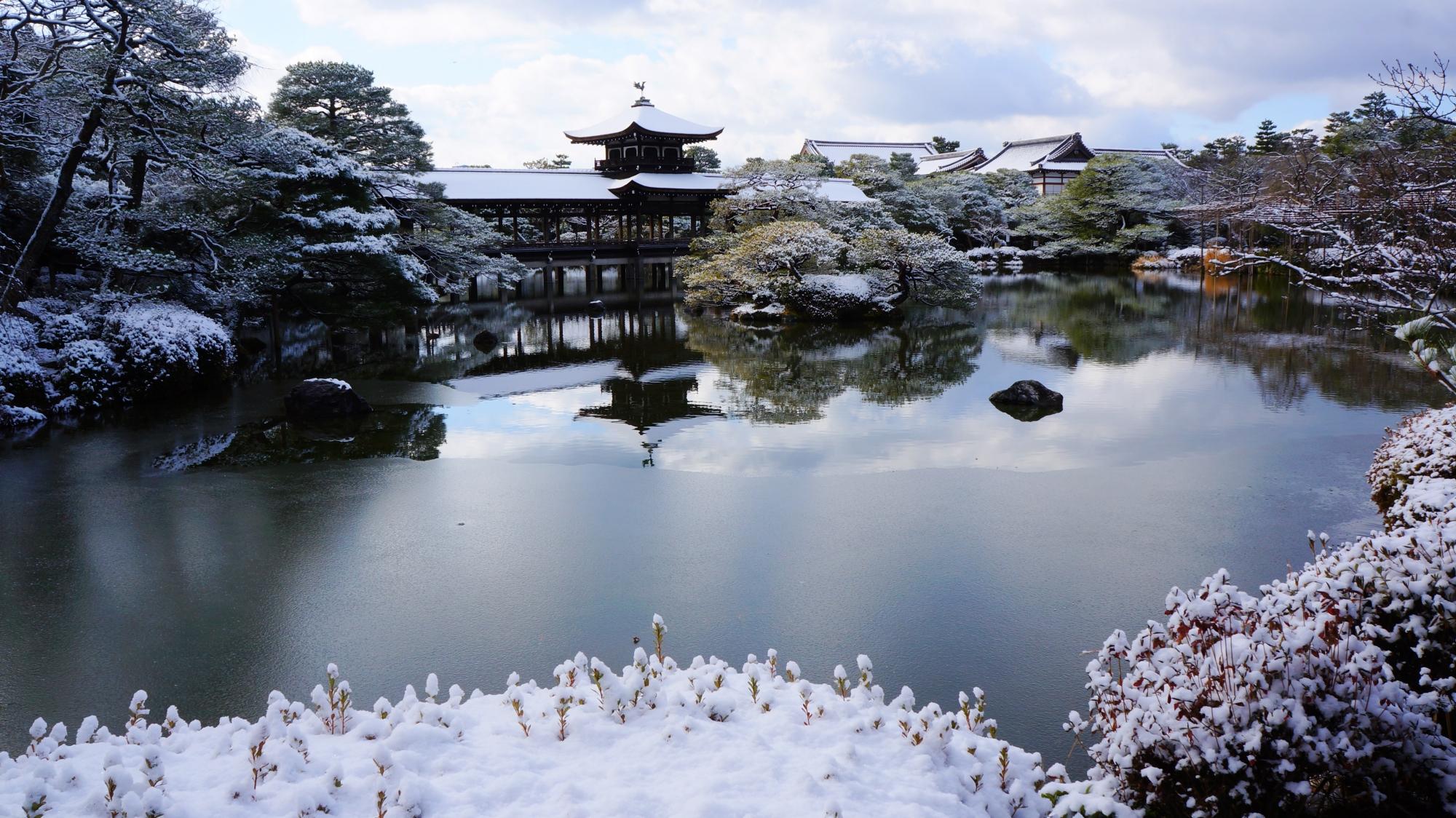 雪の中に佇む泰平閣