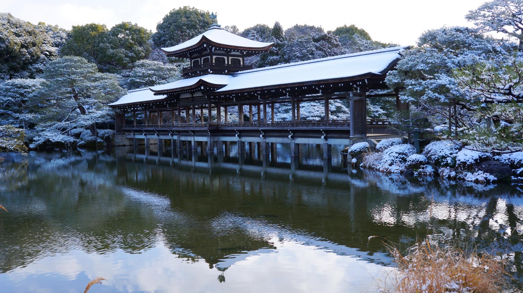 平安神宮神苑の雪の泰平閣