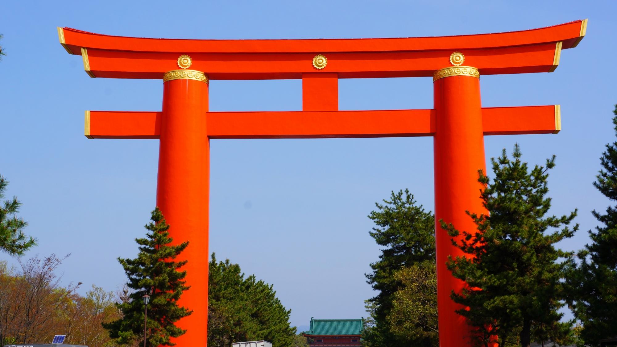 青空に映える鮮やかな赤色の平安神宮の大鳥居