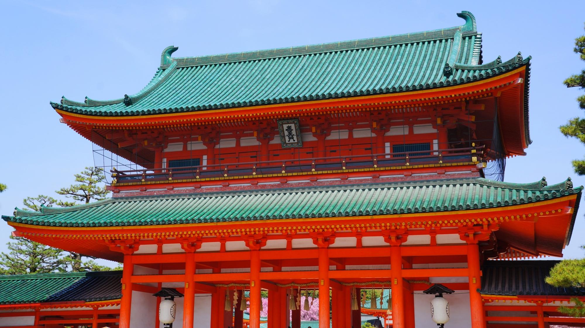 鮮やかで雅な色合いの平安神宮の応天門