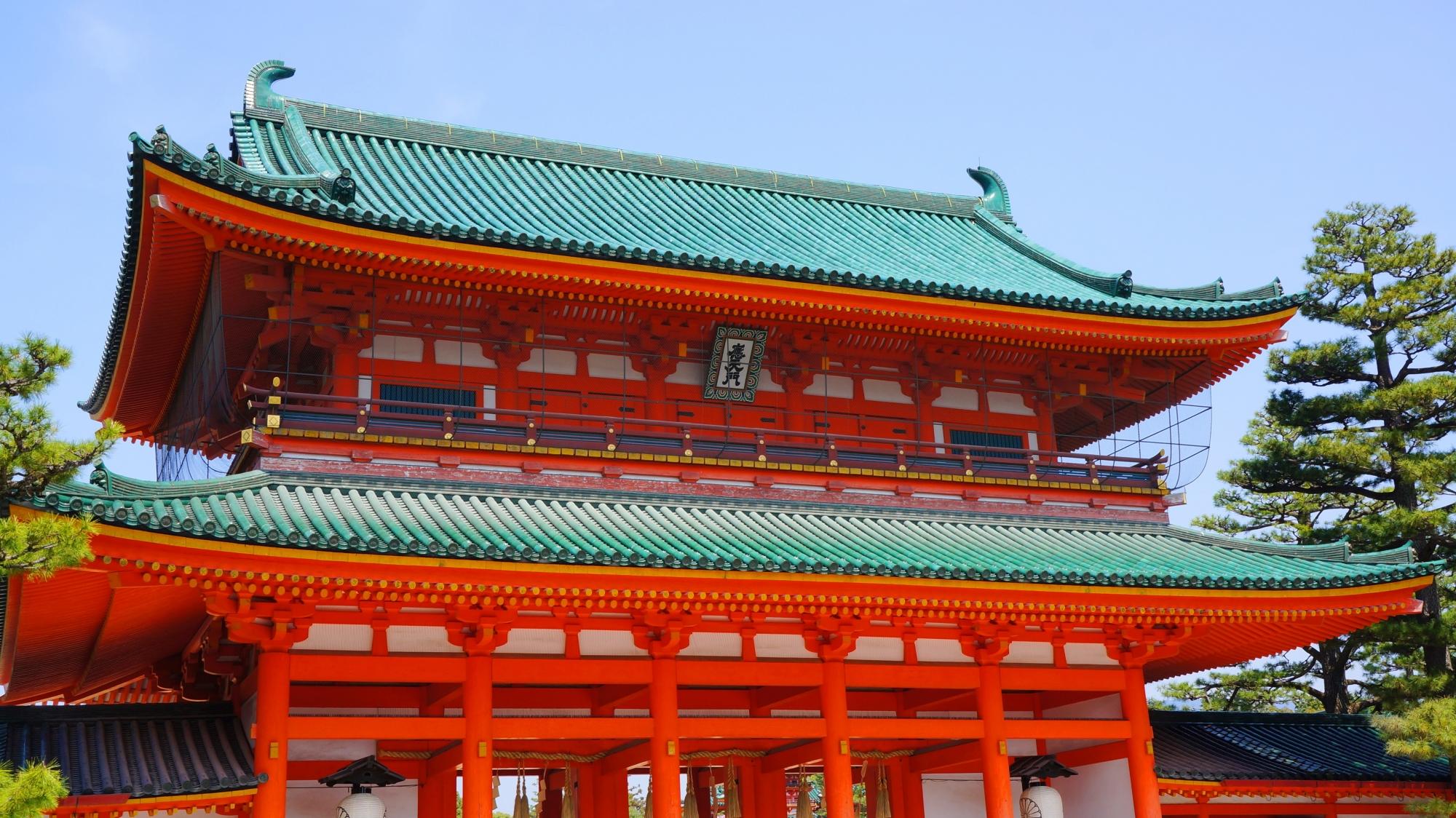 雄大な造りの楼門