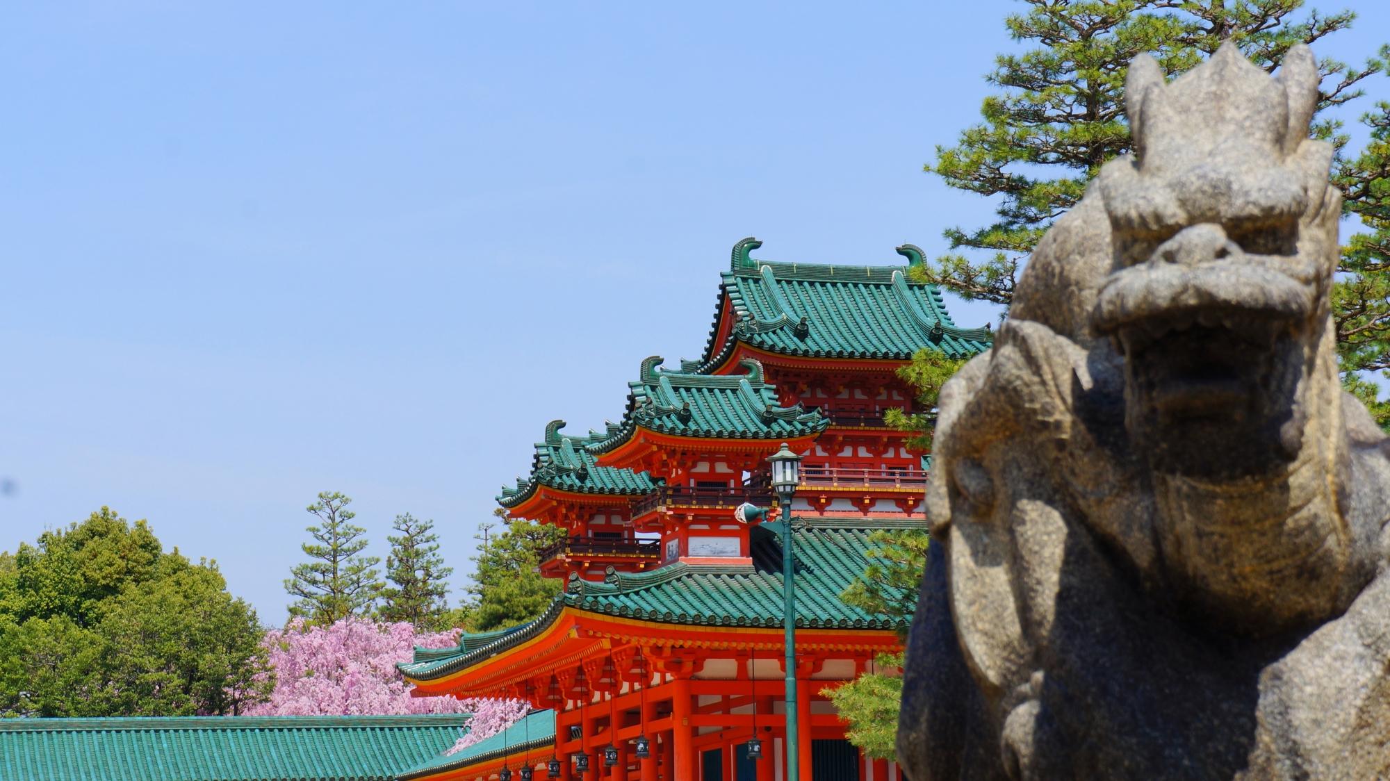 蒼龍像と奥に見える溢れる桜