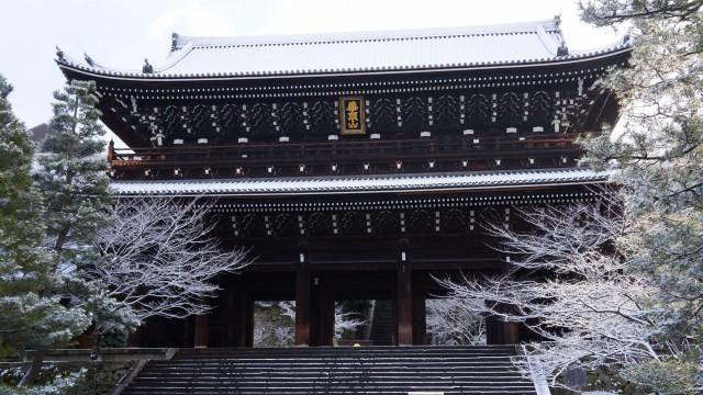 知恩院の冬の三門の雪