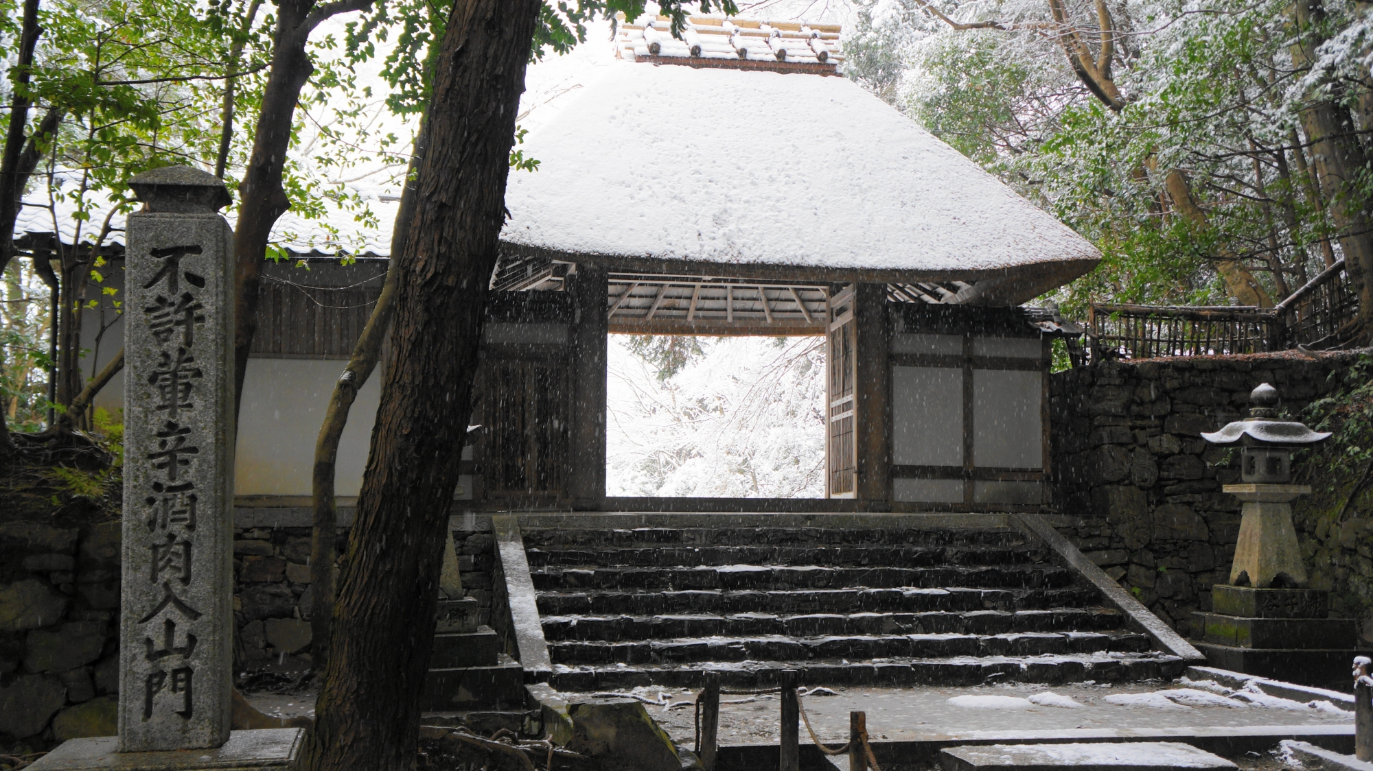 法然院の山門の雪景色