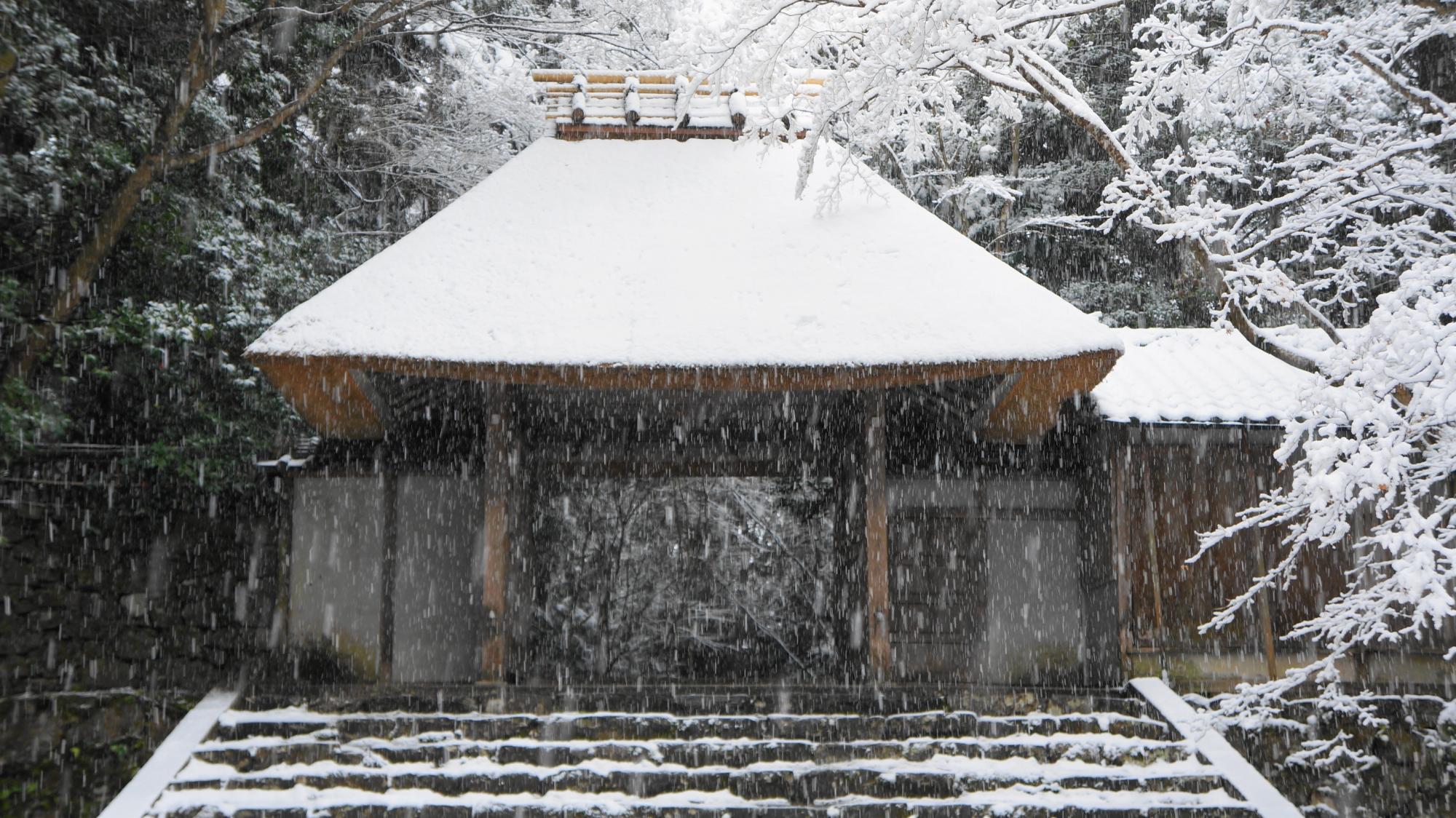 山門の雪景色