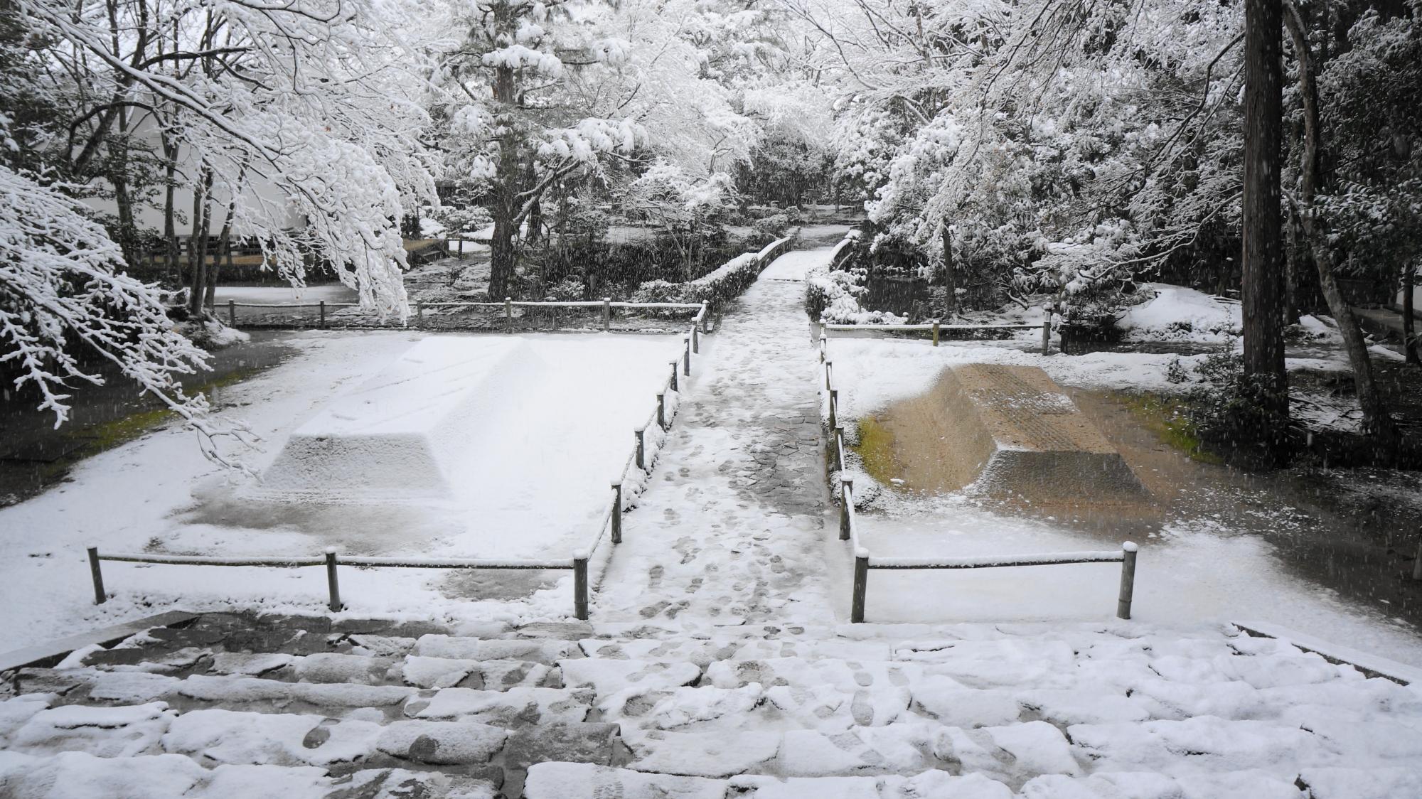 山門から眺めた境内の雪景色