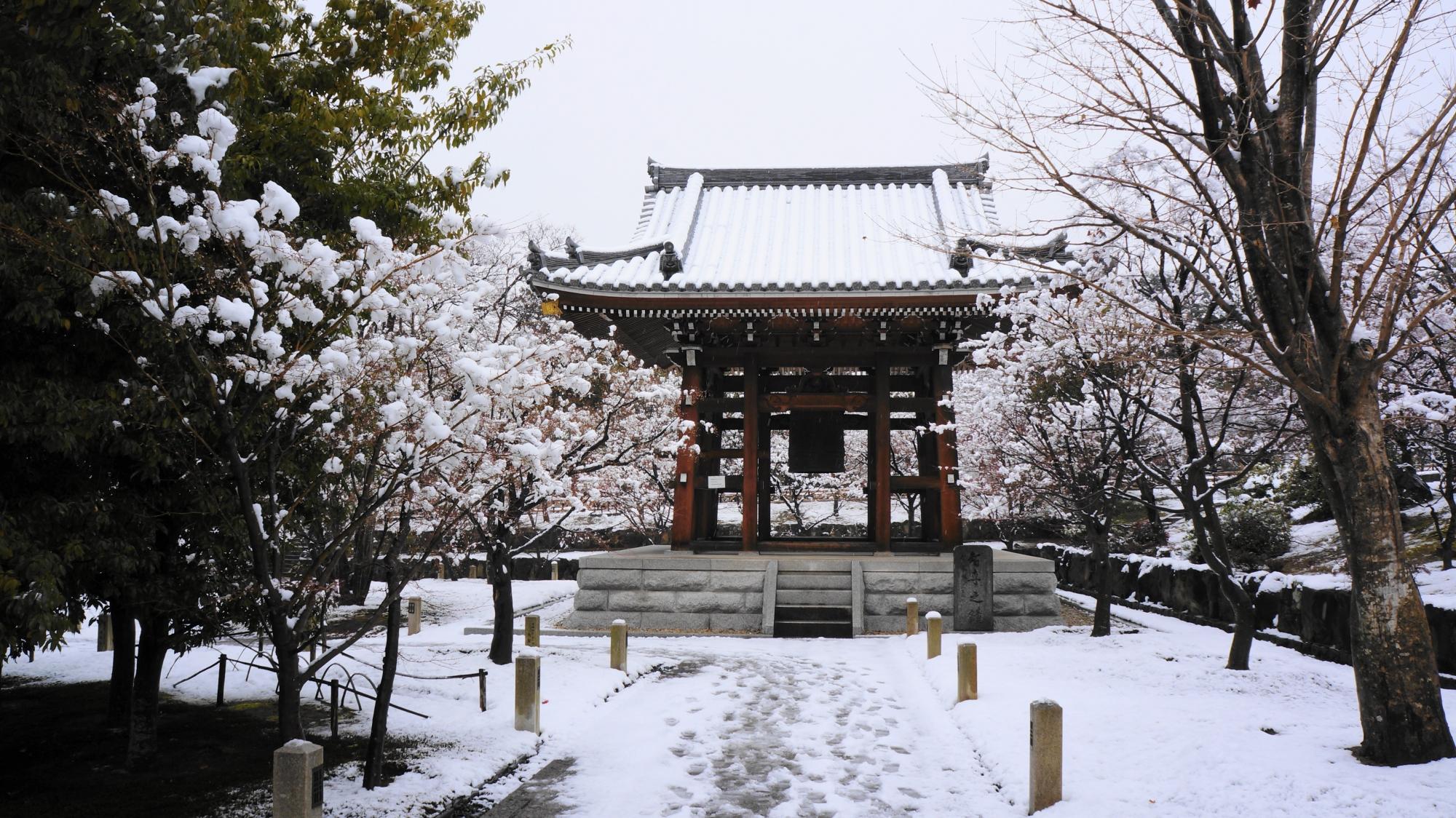 白銀に佇む雪の鐘楼