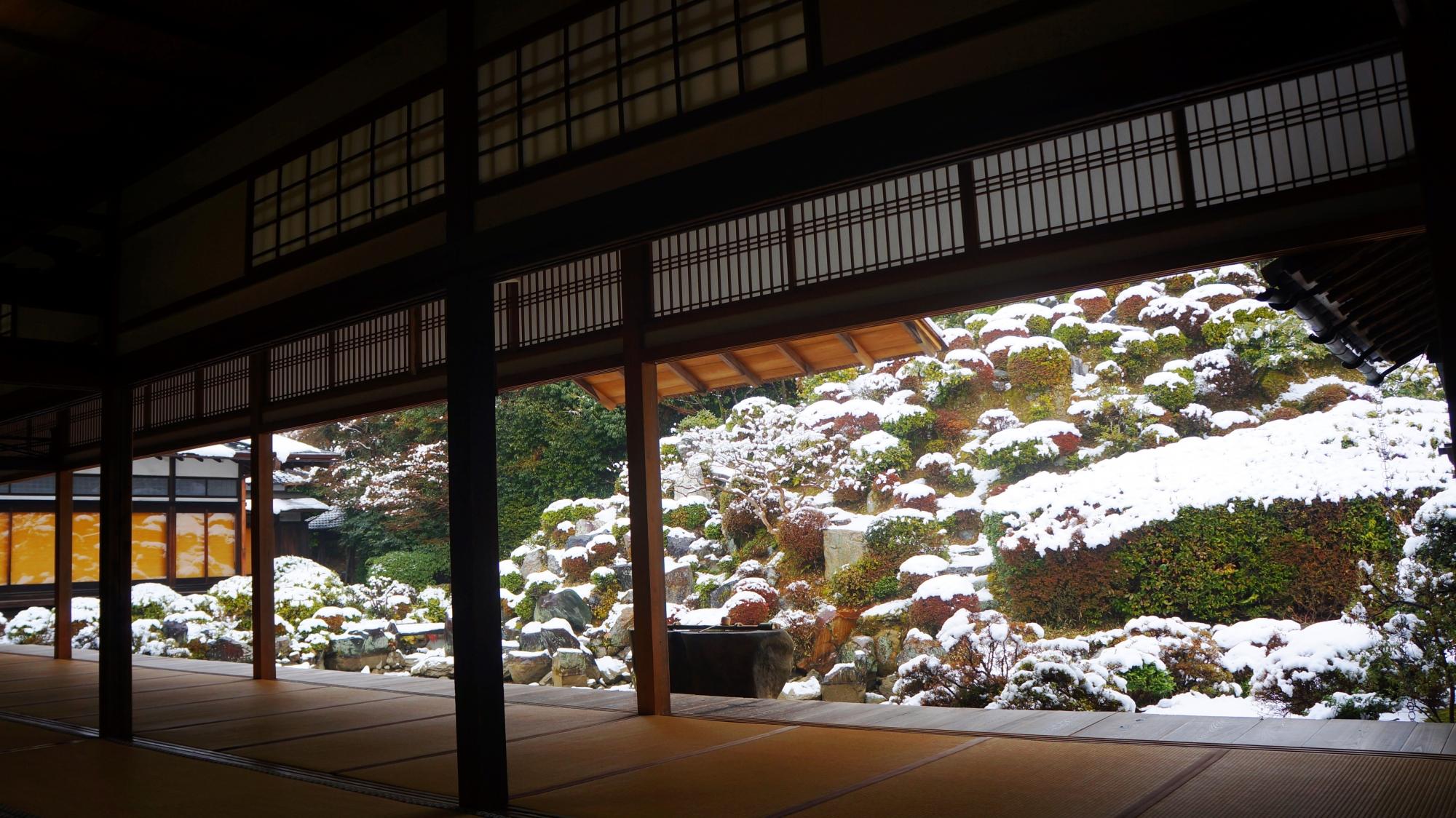 利休好みの庭の雪景色