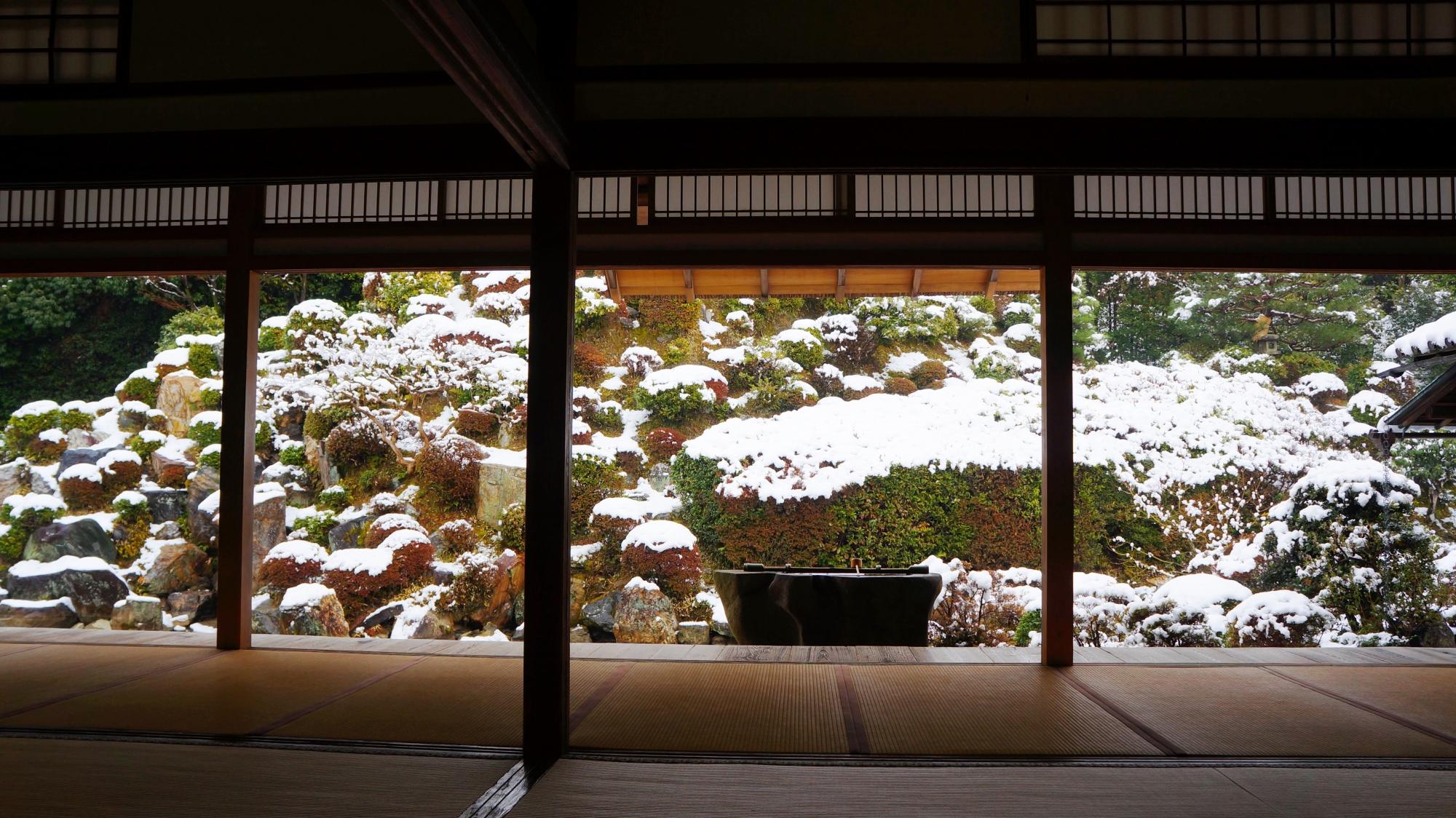 智積院の名勝庭園の雪景色