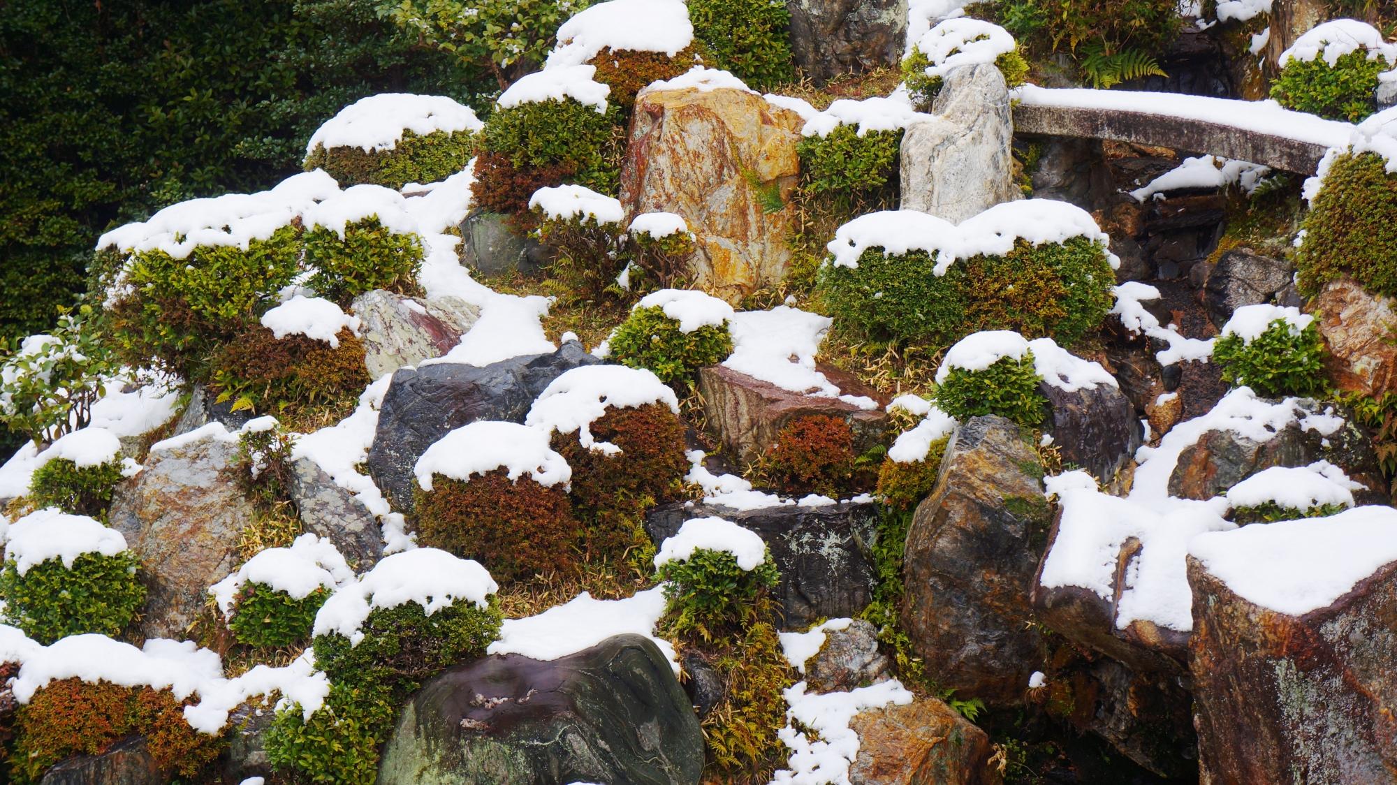 いろんな大きさや形や色の岩が配された庭園の雪景色