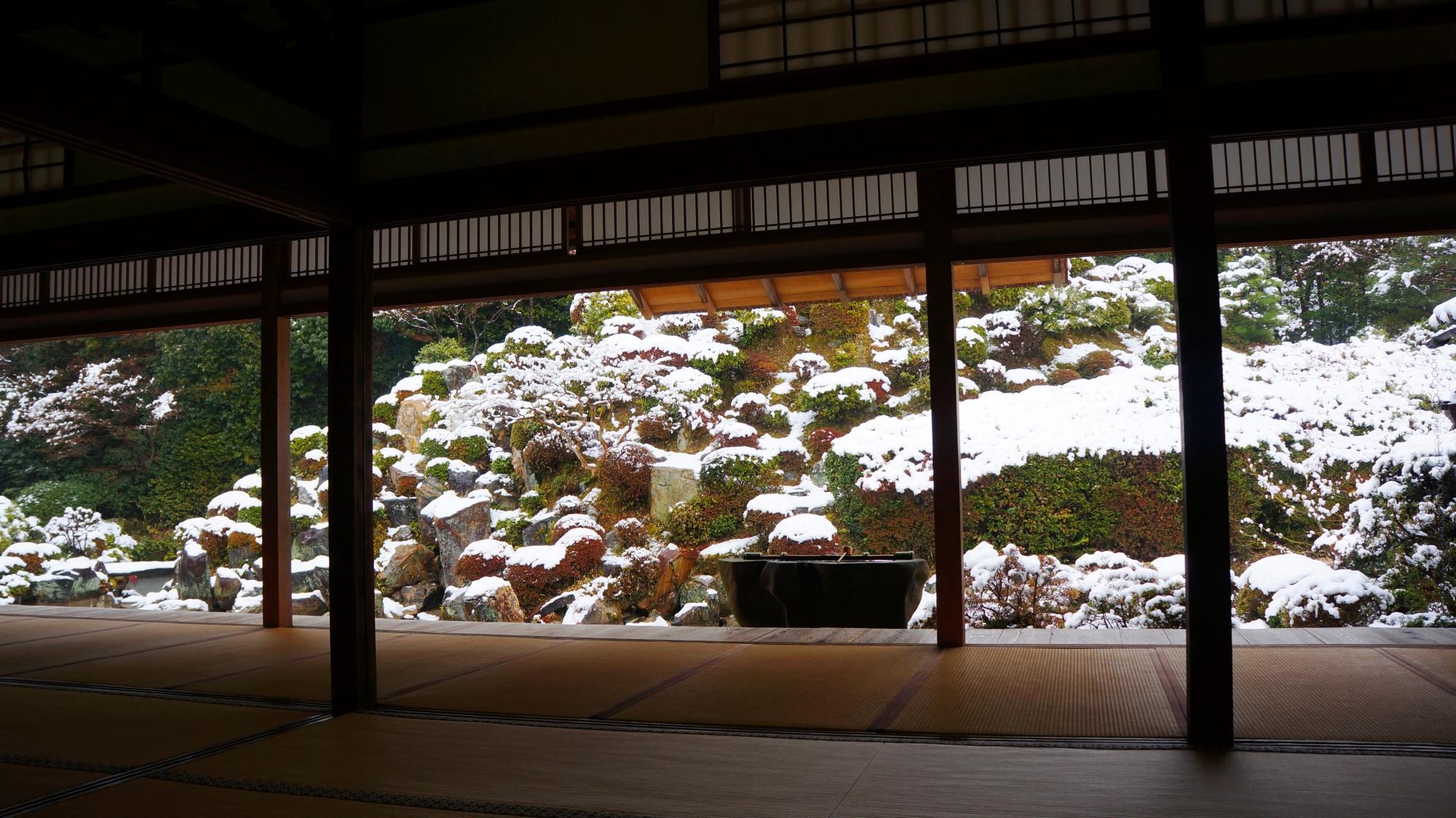 静寂につつまれた雪の名勝庭園