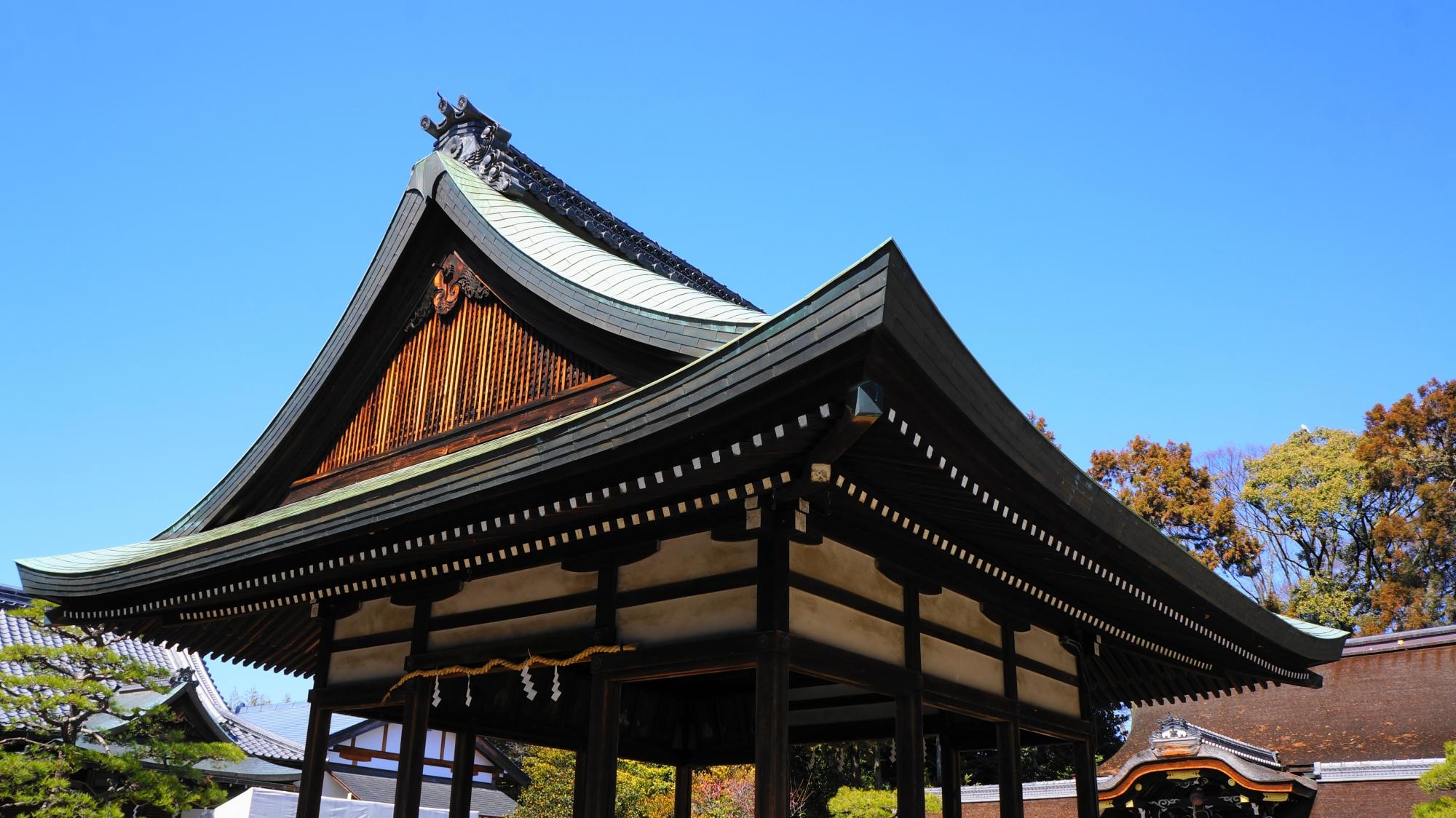 梅宮大社の爽快な青空の下の拝殿と本殿