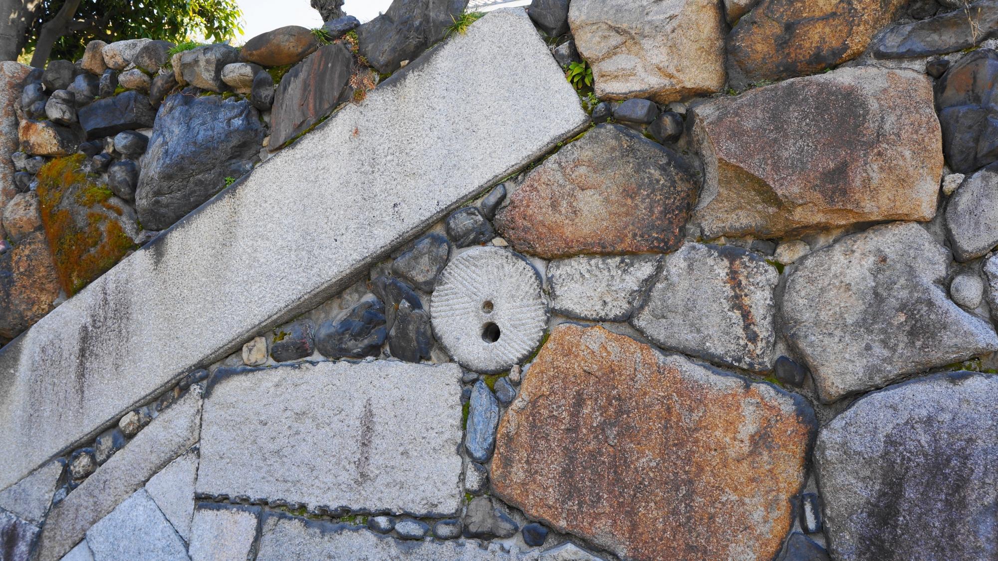 渉成園入口付近の高石垣(たかいしがき)