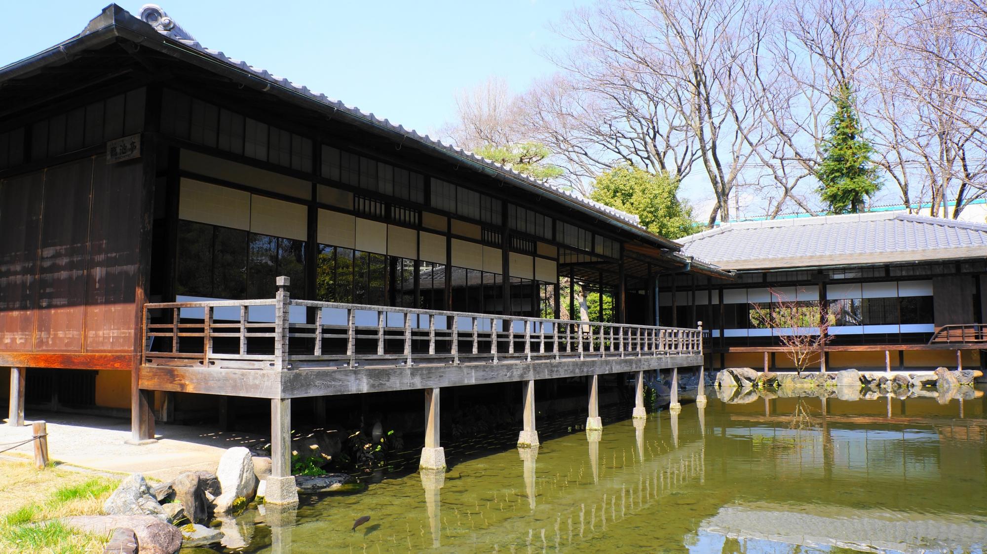 風情ある水辺の臨池亭(りんちてい)と滴翠軒(てきすいけん)