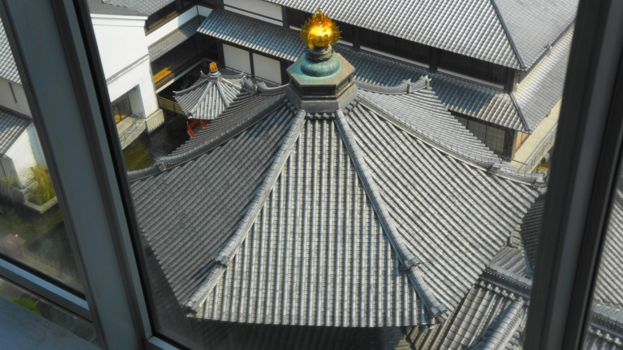 六角形のお堂と白鳥