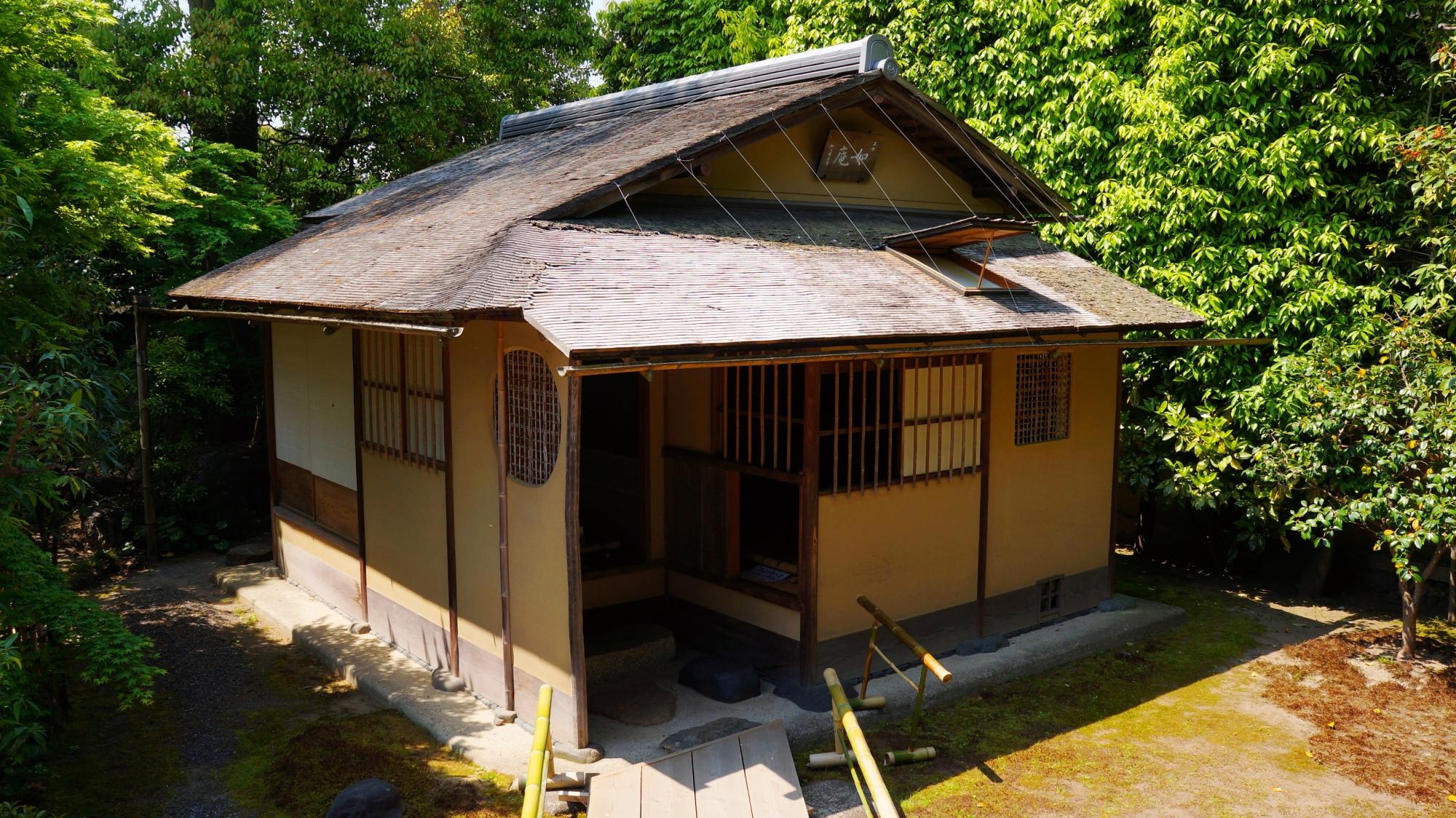 正伝永源院の庭園の片隅にある茶室「如庵」
