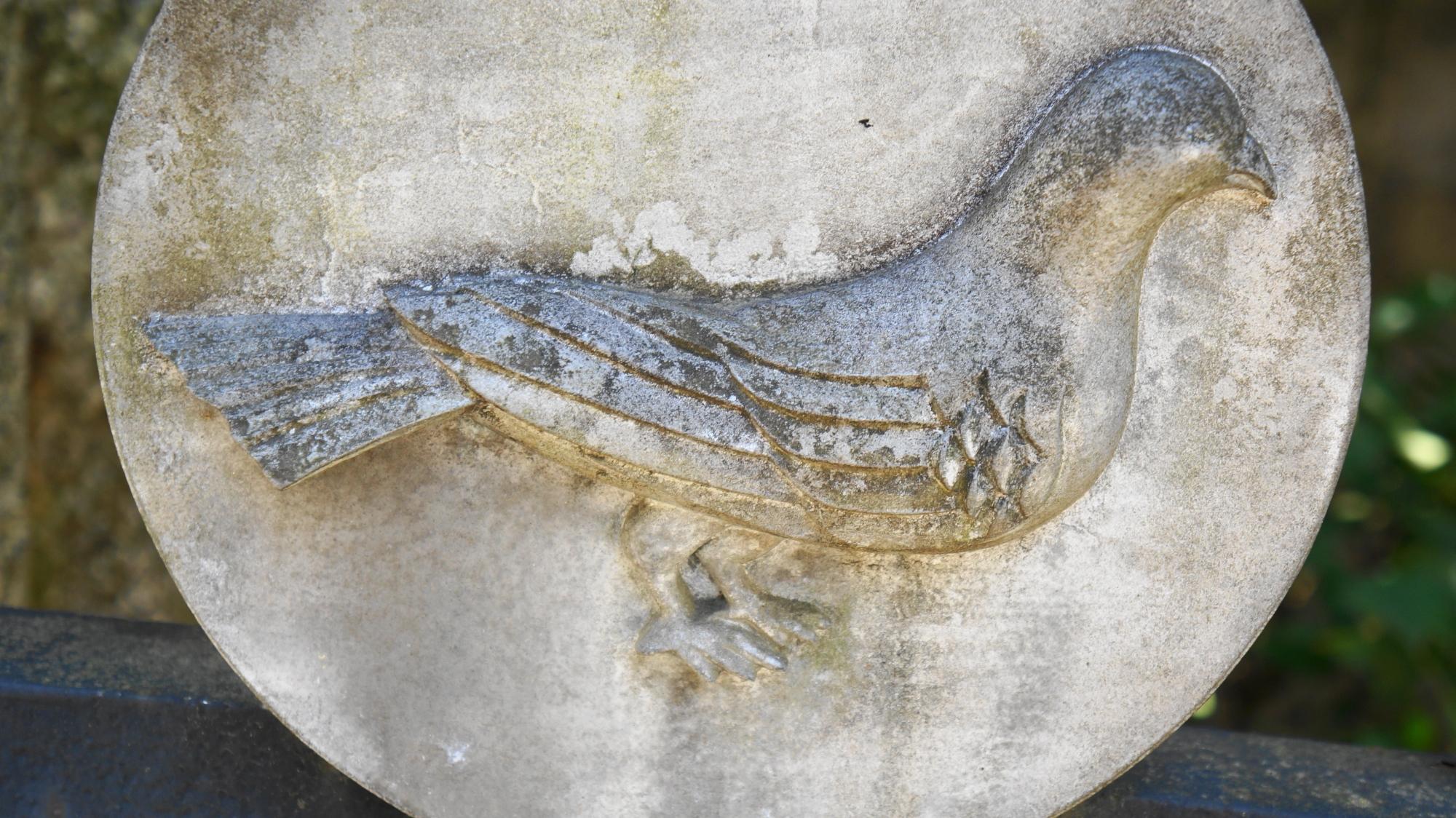 鳩の神社として知られる首途八幡宮