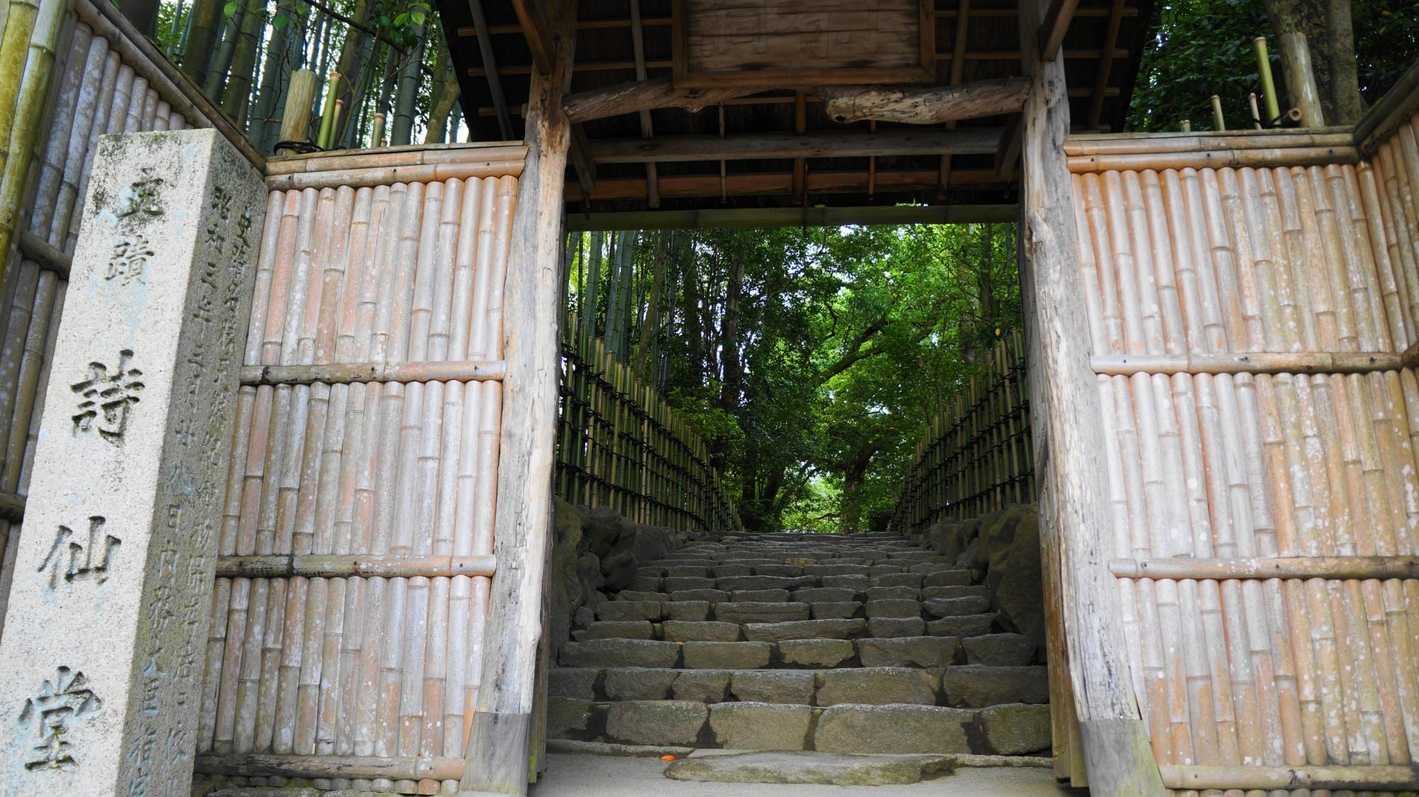石段と石の参道が続く緑につつまれた山門