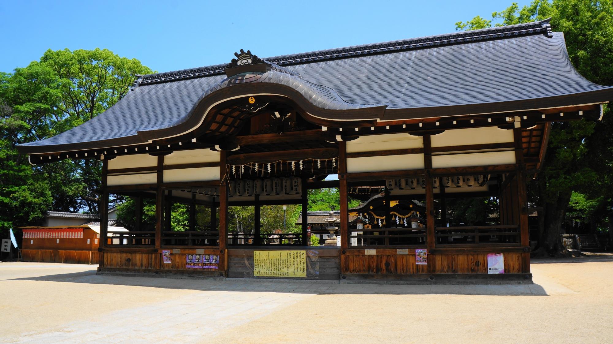 青空の下で雄大に構える藤森神社の拝殿