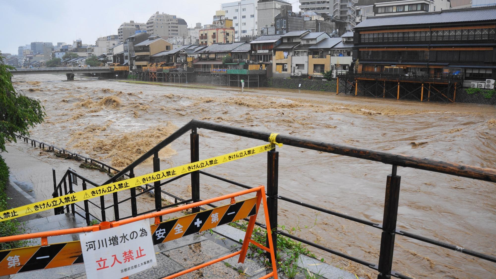 台風11号の大雨で濁流と化した鴨川の四条大橋東側