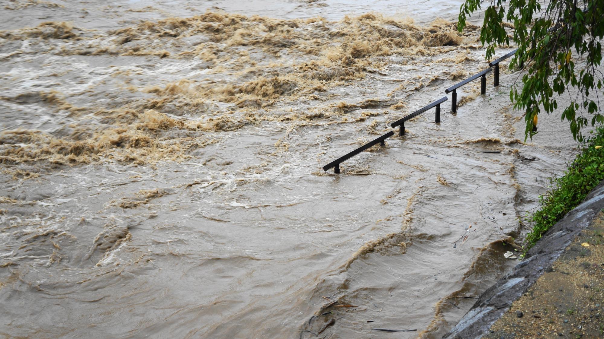 河川敷の歩道が水に浸かる台風11号の大雨で増水した鴨川