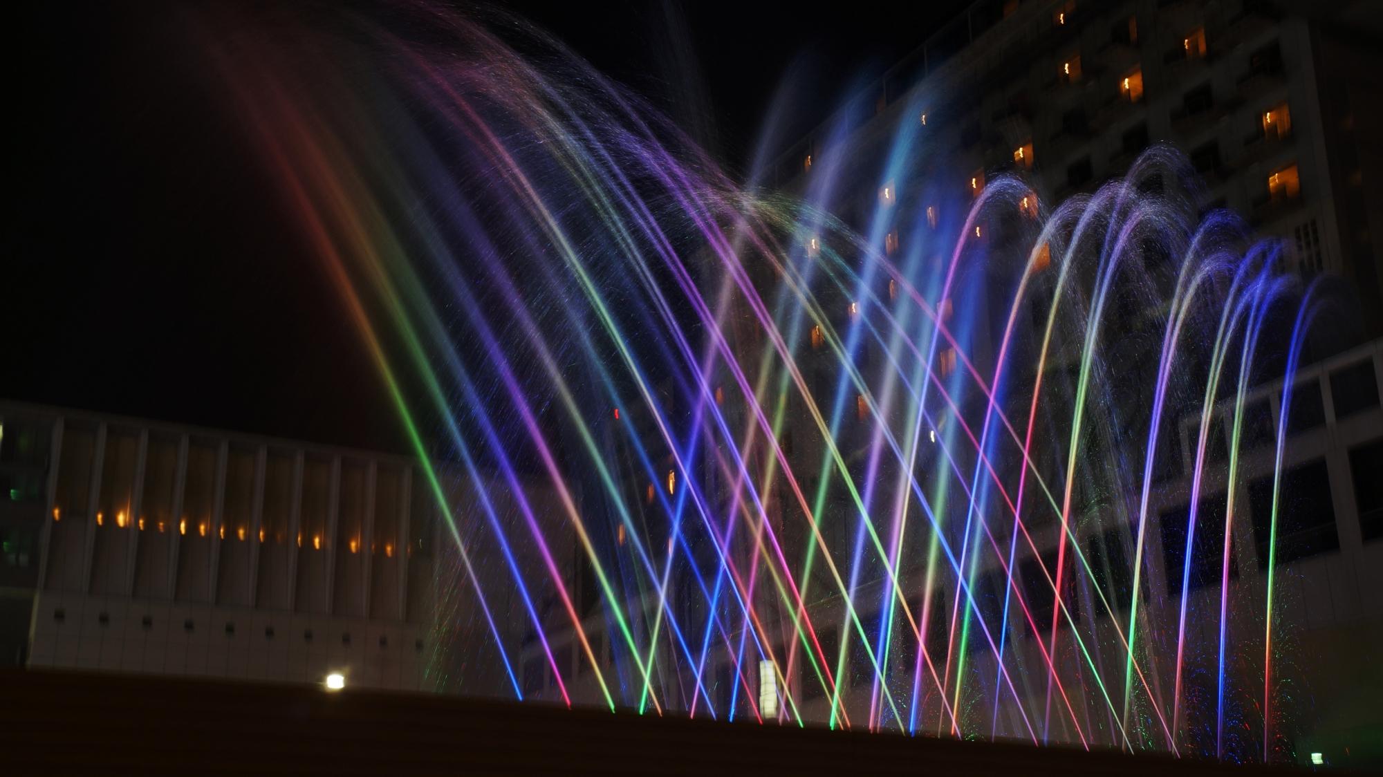 音楽噴水『AQUA FANTASY』 幻想的な光と水 京都駅前ポルタ
