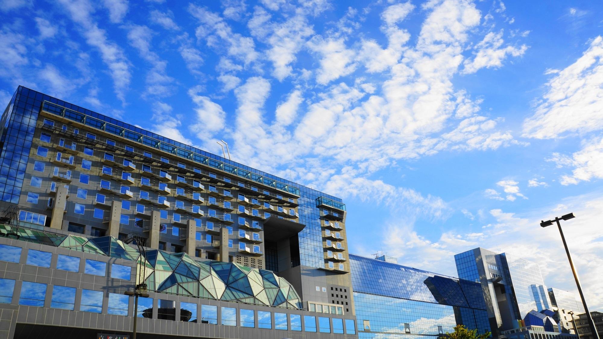 ガラスに輝く爽快な青い空