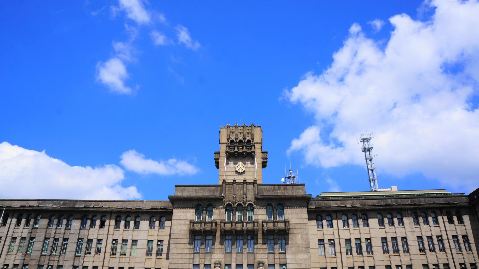 青い空に映える重厚な近代建築の建物