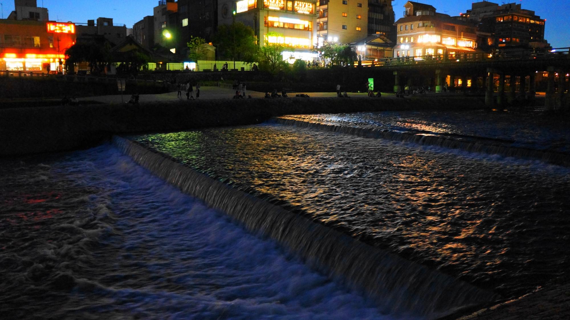 京都鴨川の三条大橋付近の幻想的な夕暮れの情景
