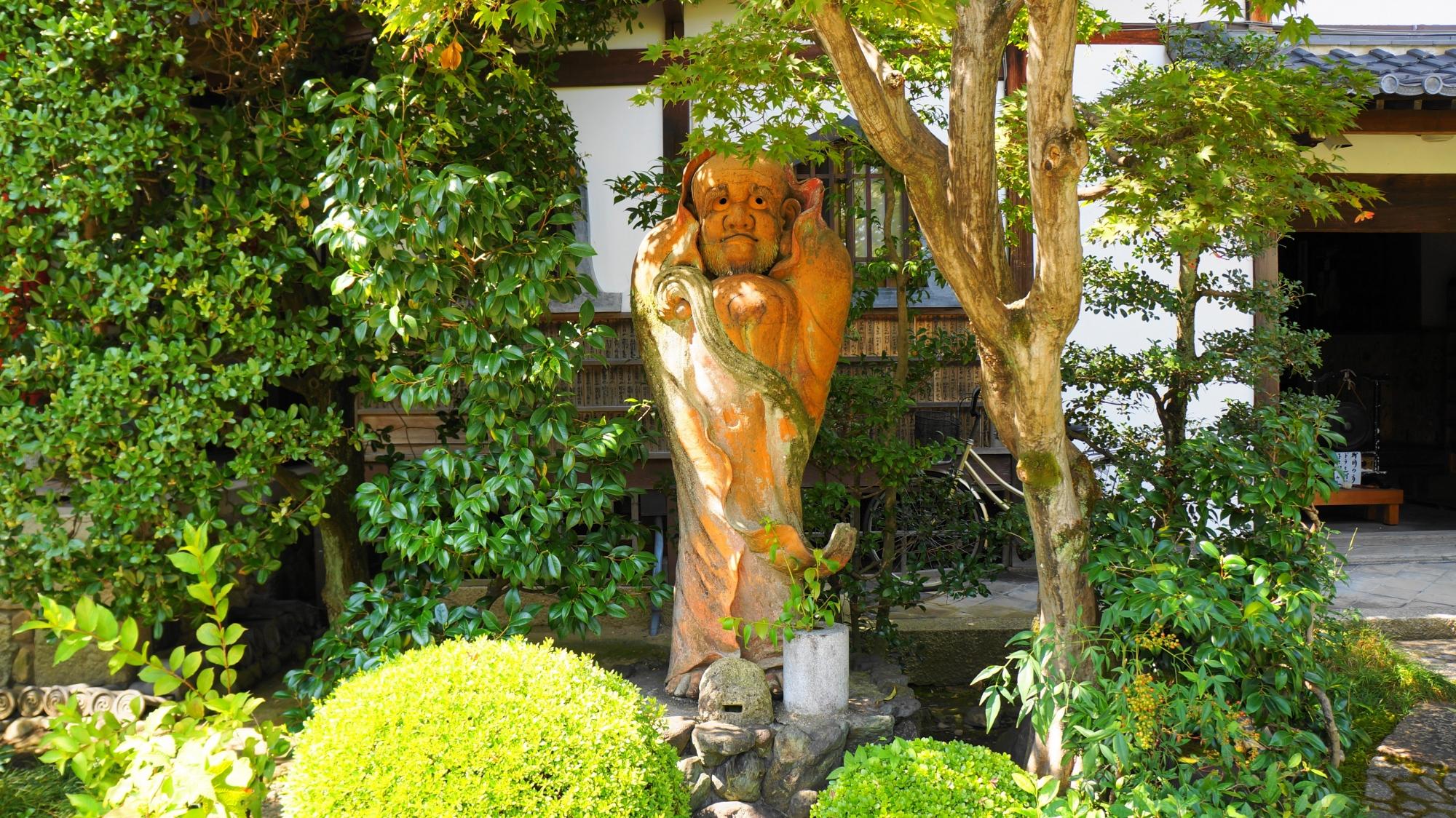 法輪寺の緑の中に佇む達磨像