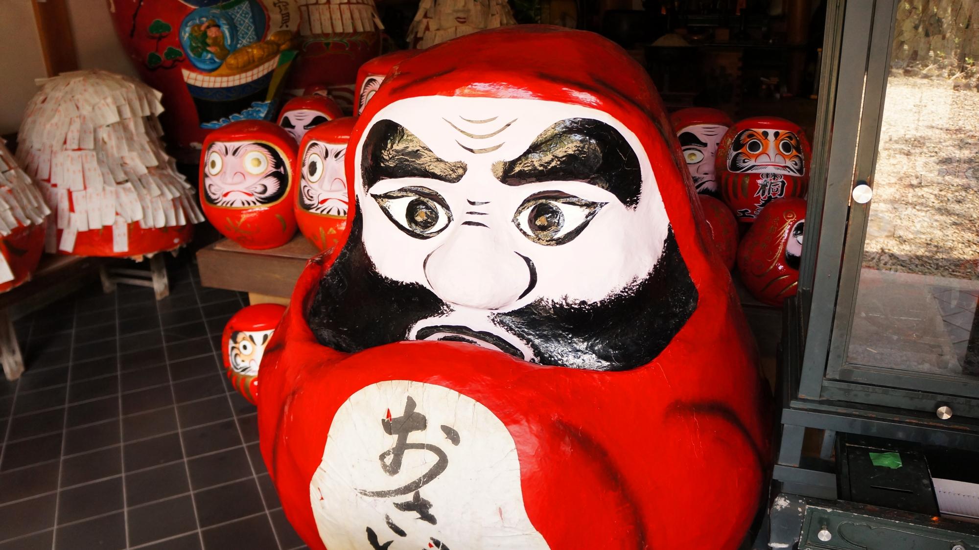 法輪寺の達磨堂の一番手前の大きなだるまさん