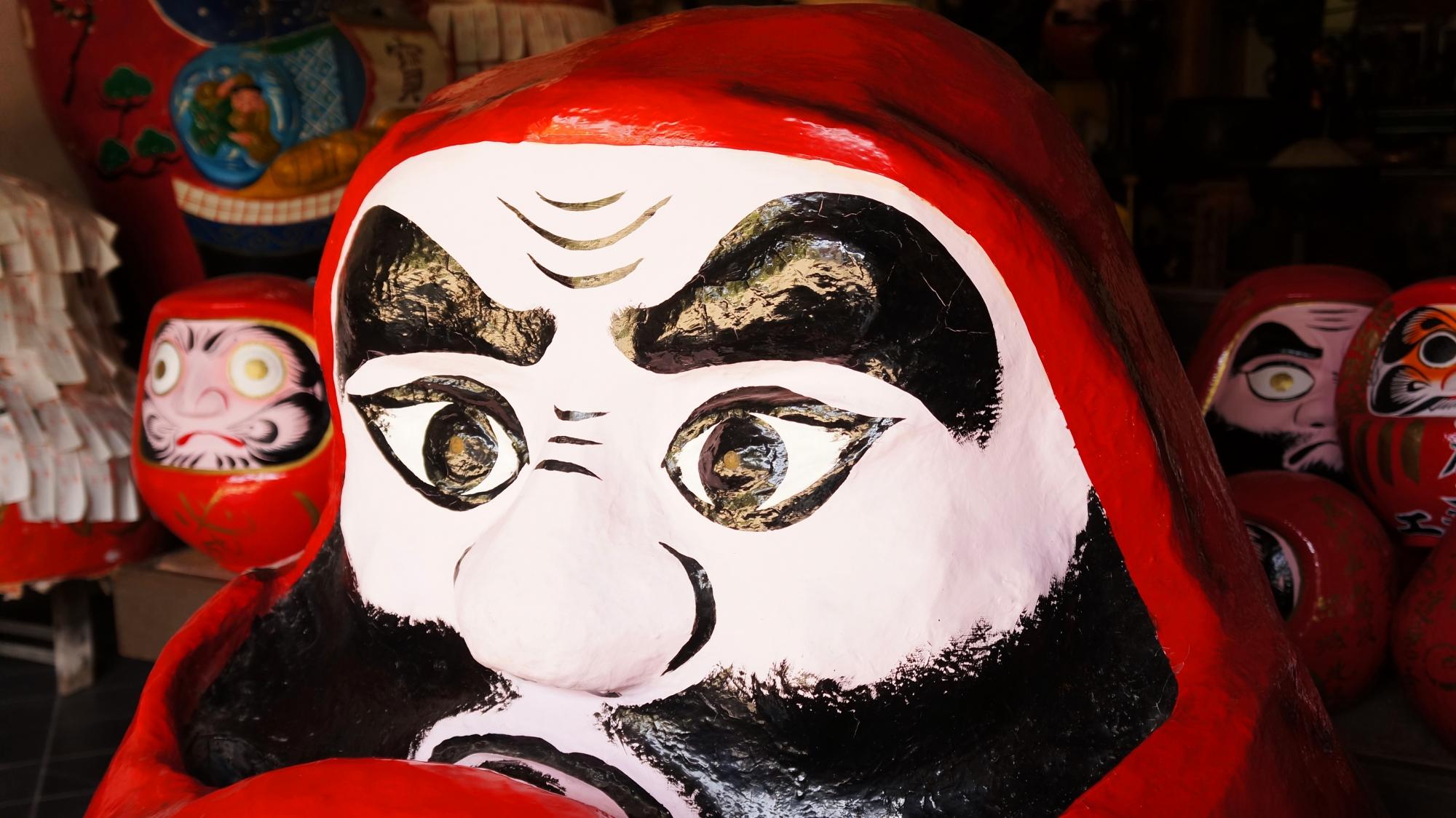 法輪寺(達磨寺)の達磨堂の立派な眉毛の大きなボスだるまさん