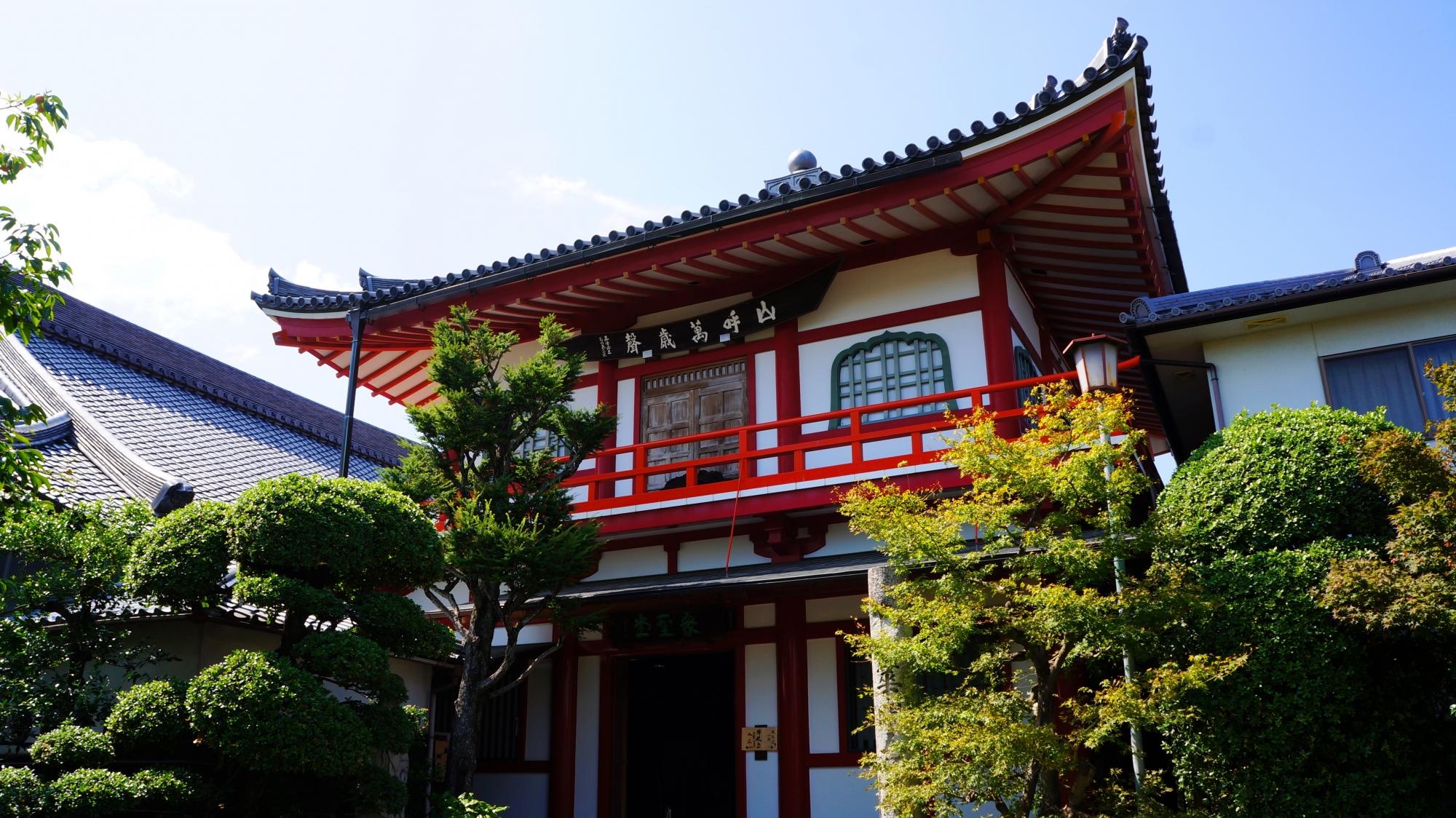 法輪寺(達磨寺)の朱色と白の上品な建物である衆聖堂