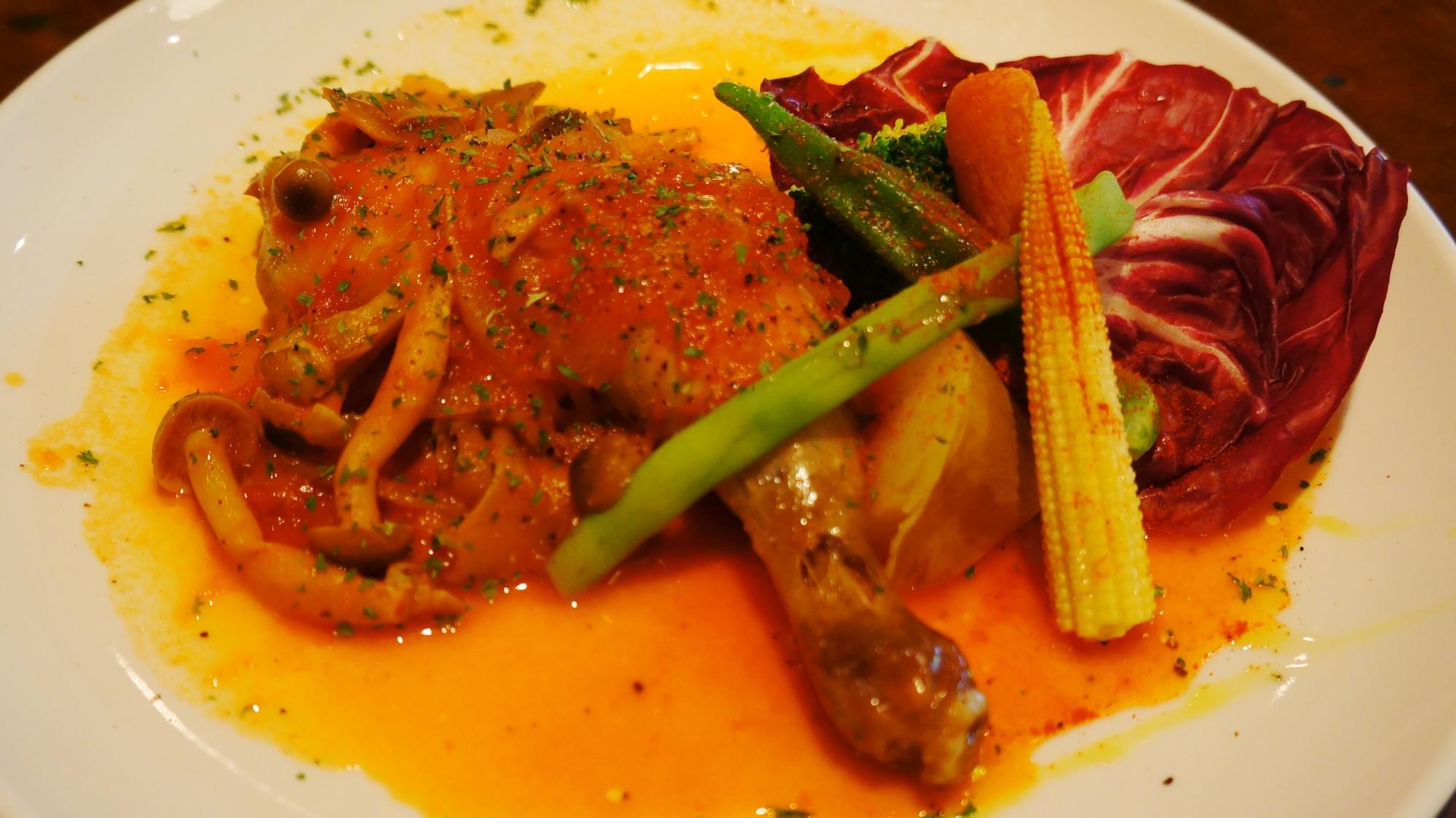 御幸町のサンクカフェ(cinq cafe)の骨付鶏もも肉のカチャトーラ