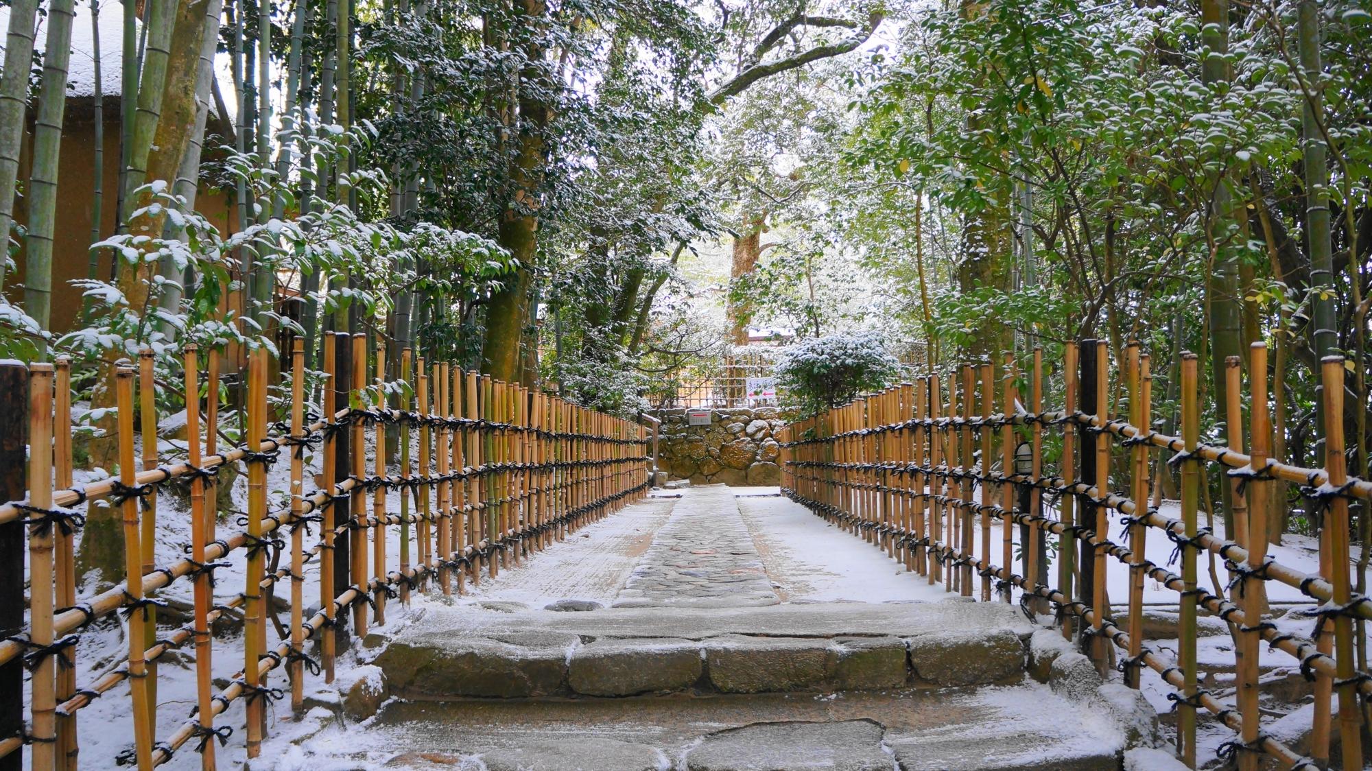 詩仙堂のうっすらと雪の積もった風情ある参道