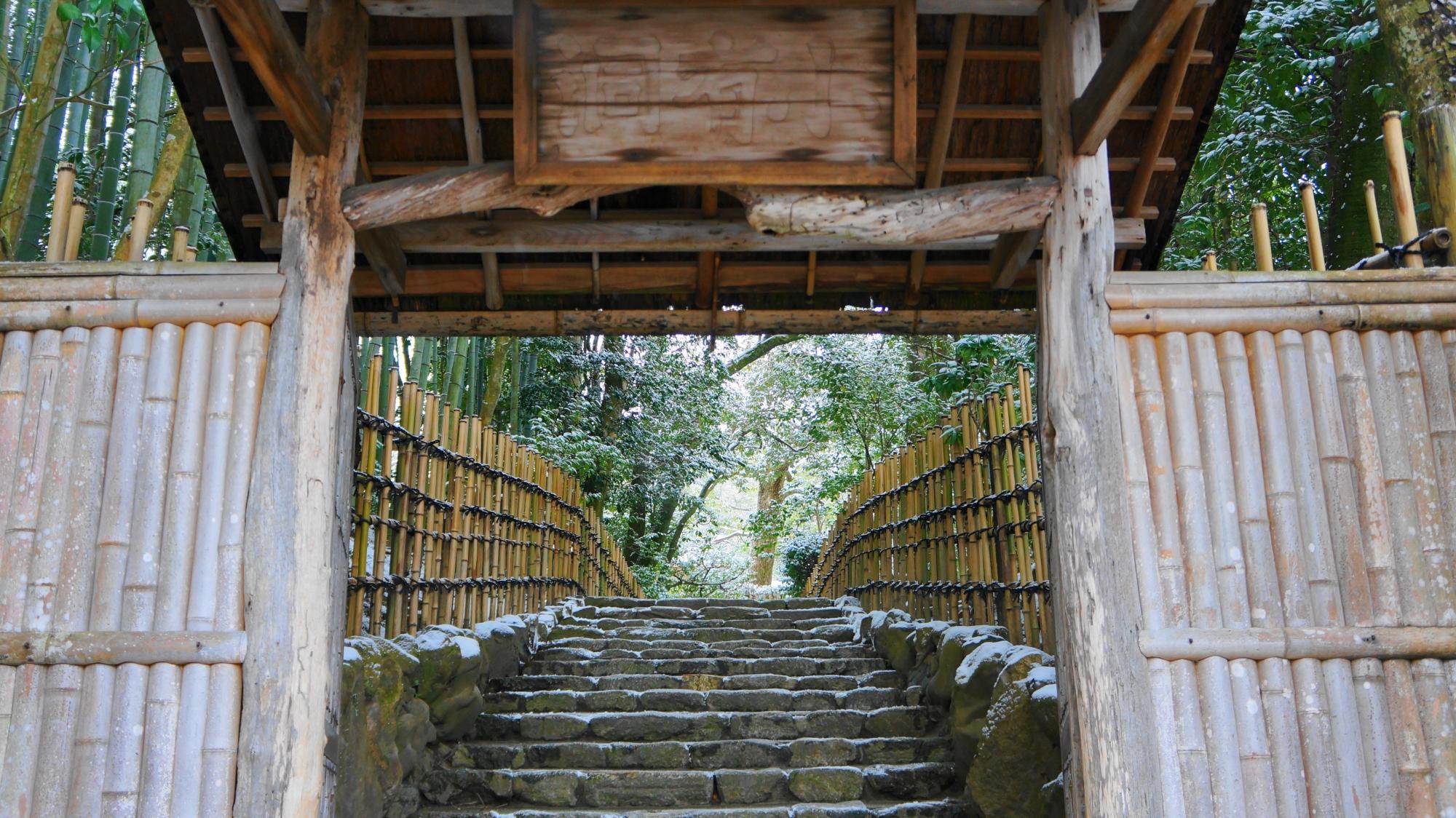 詩仙堂の雪の石段と参道