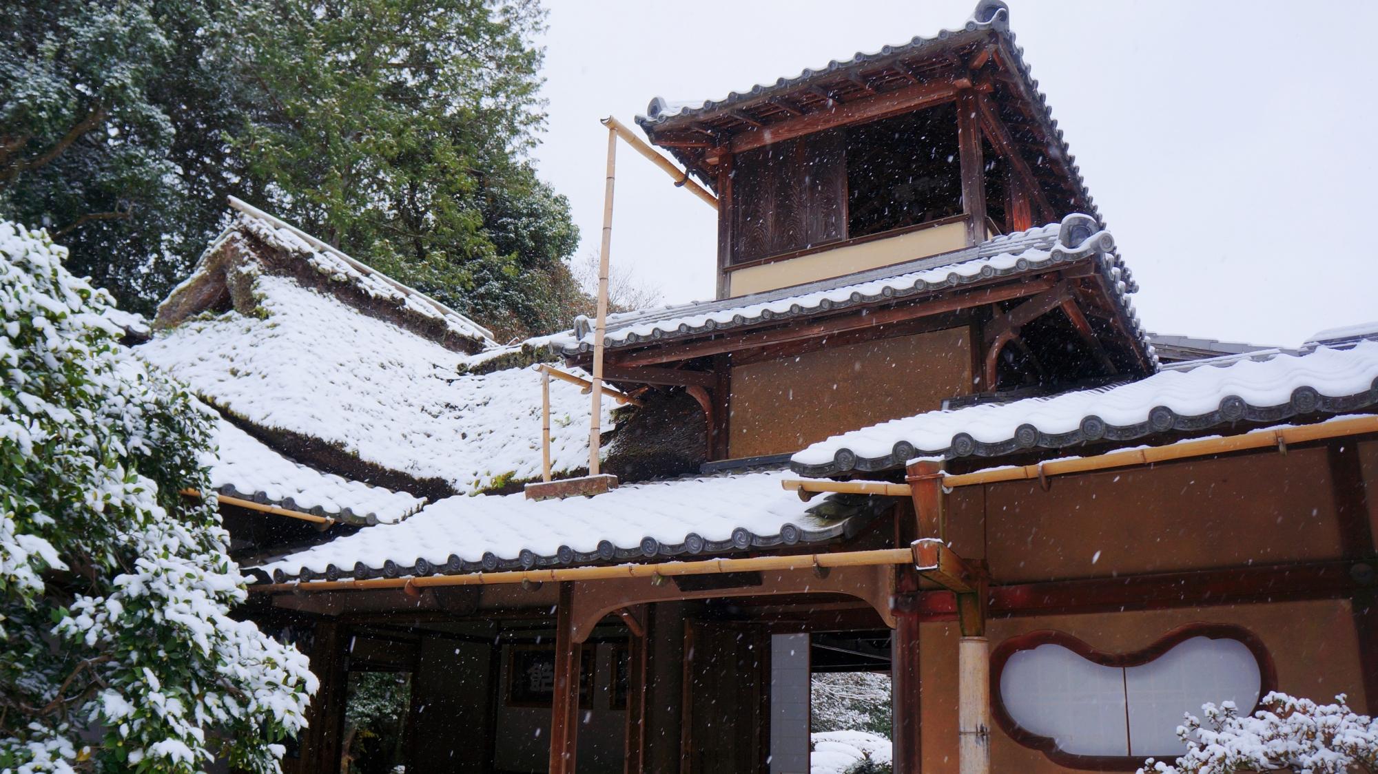 老梅関から眺める雪の嘯月楼(しょうげつろう)