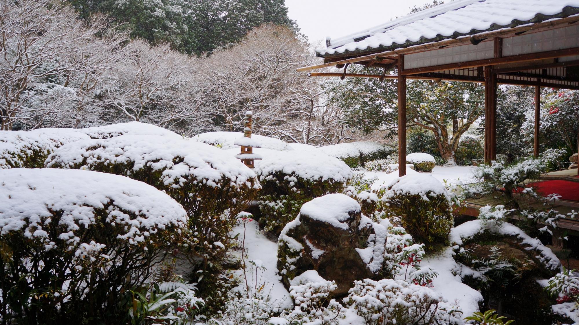 詩仙の間(しせんのま)から眺める雪の庭園
