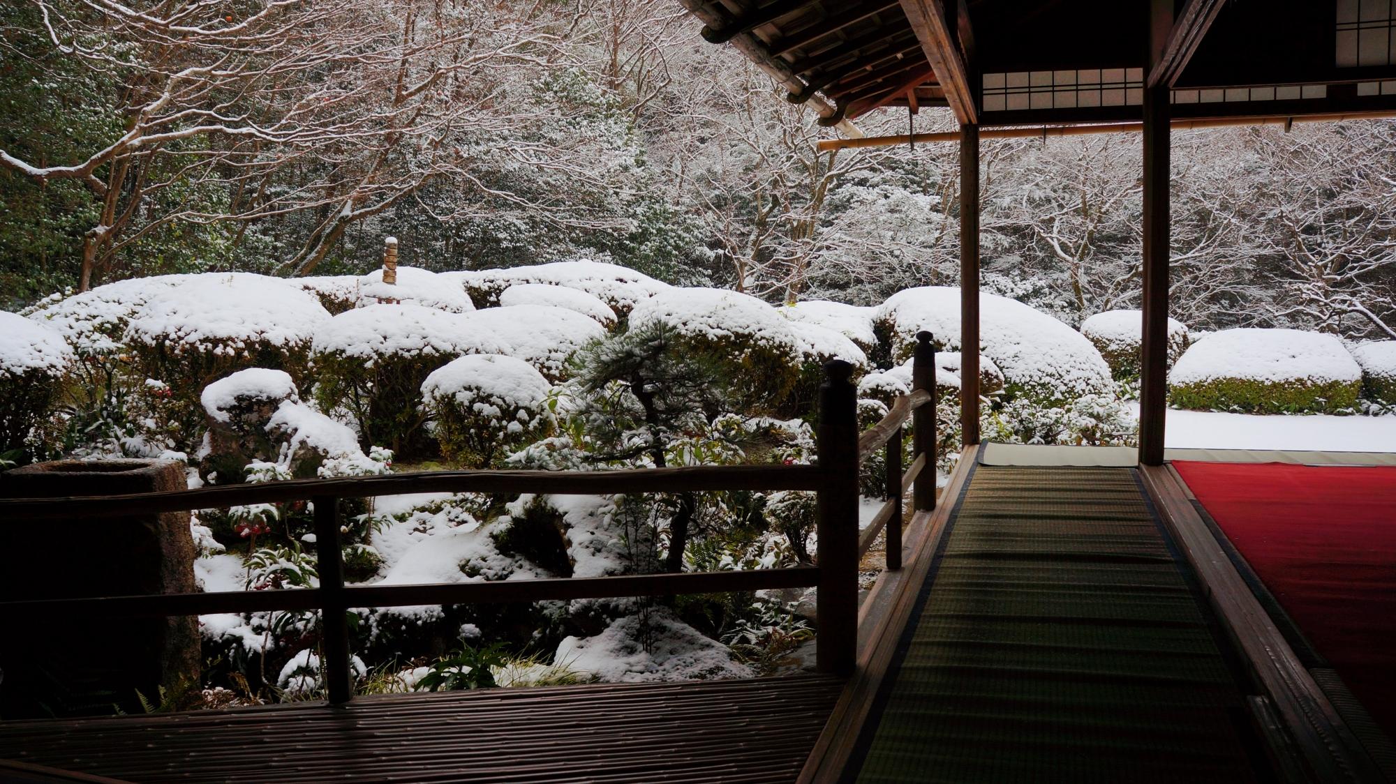 情緒ある雪の庭園と建物