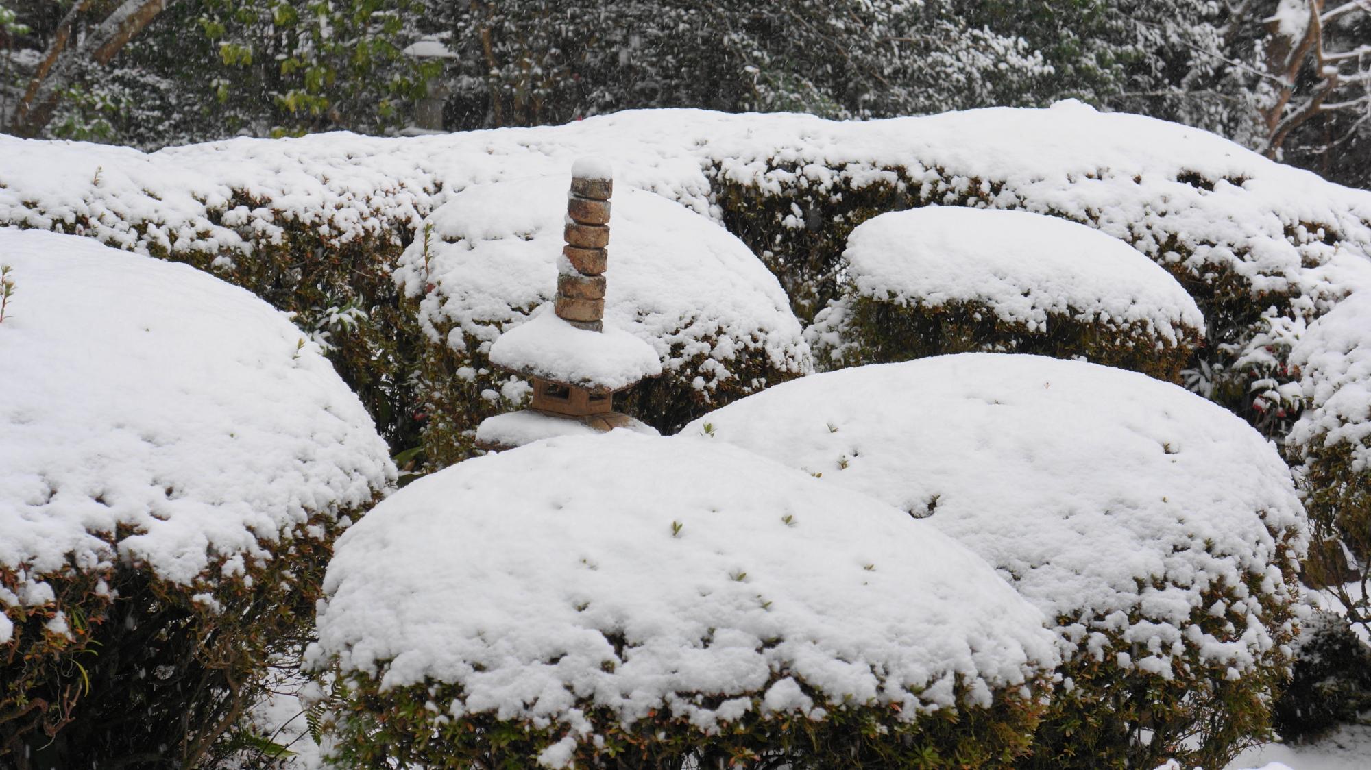 詩仙堂の雪をかぶった石塔